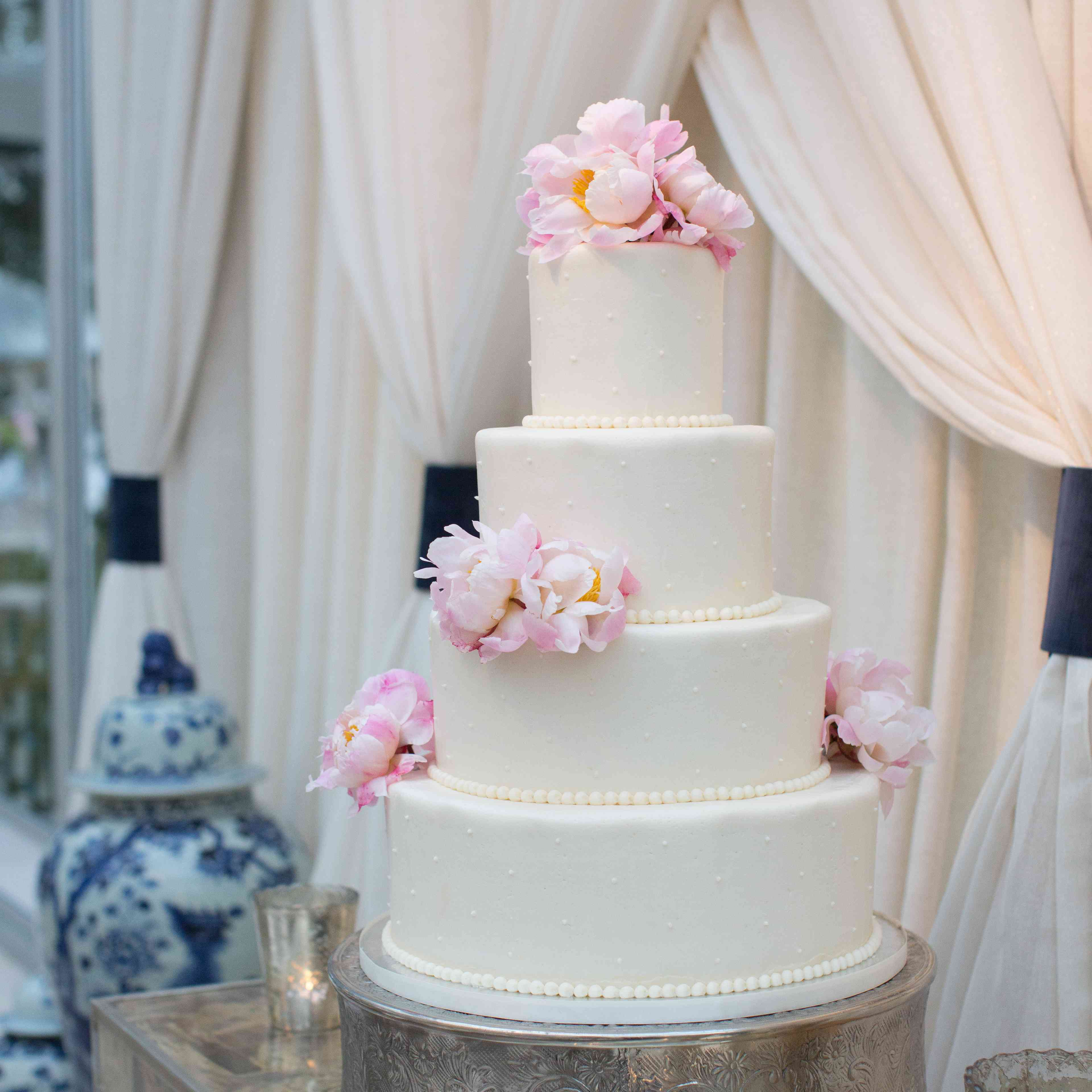 <p>White Wedding Cake with Pink Flowers</p><br><br>