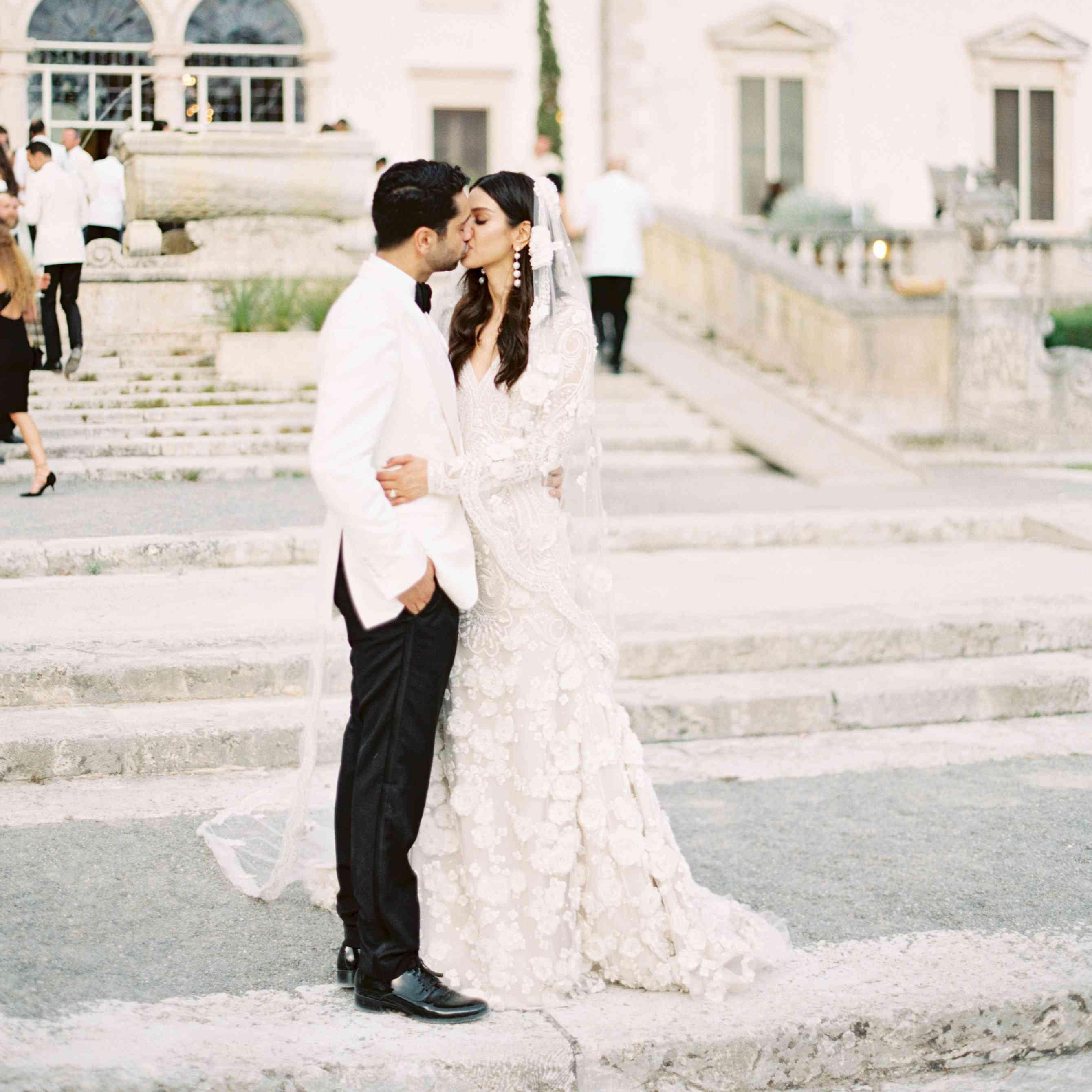Wedding Dresses Miami.A Romantic Miami Wedding With A Garden By The Sea Theme