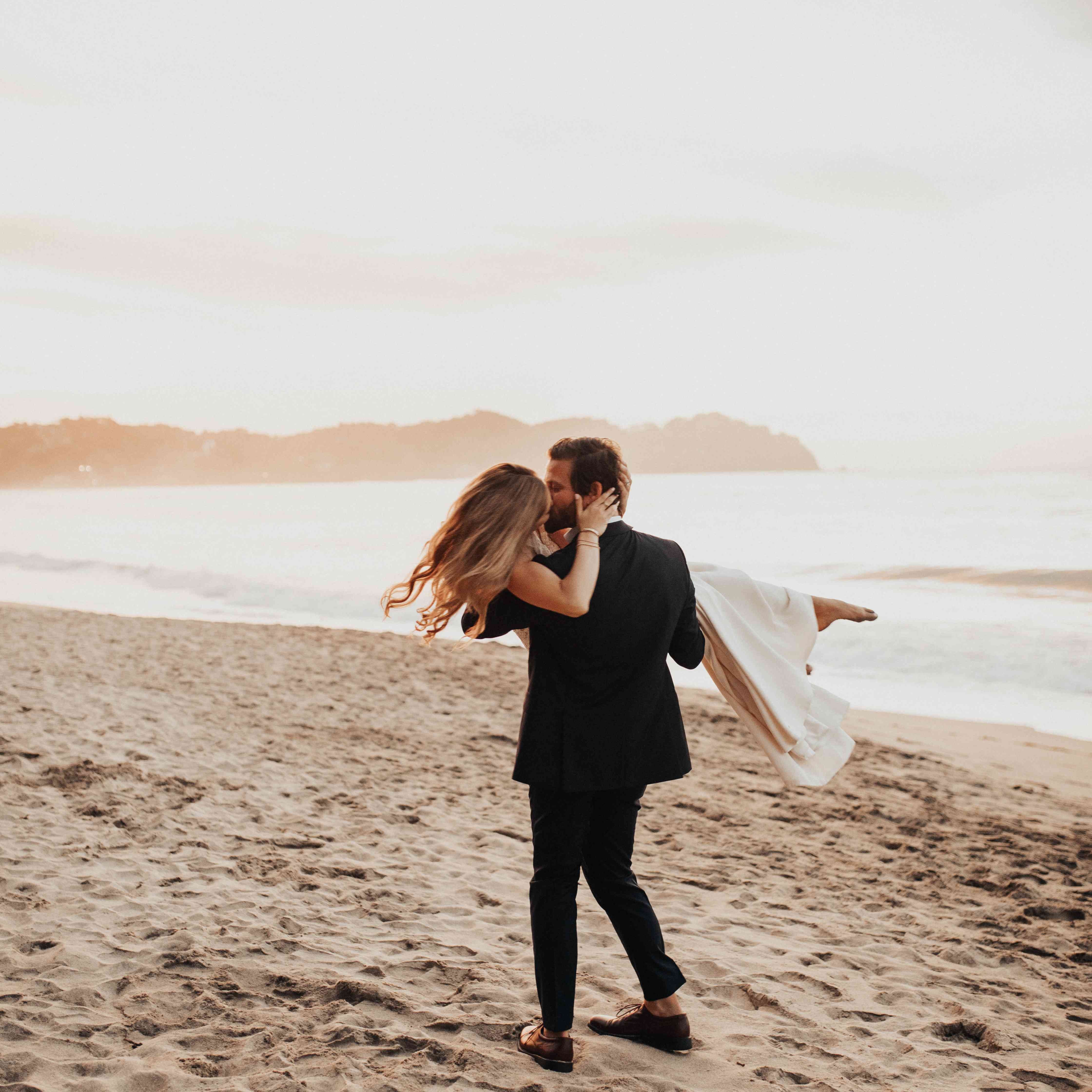 <p>Bride and groom on beach</p><br><br>