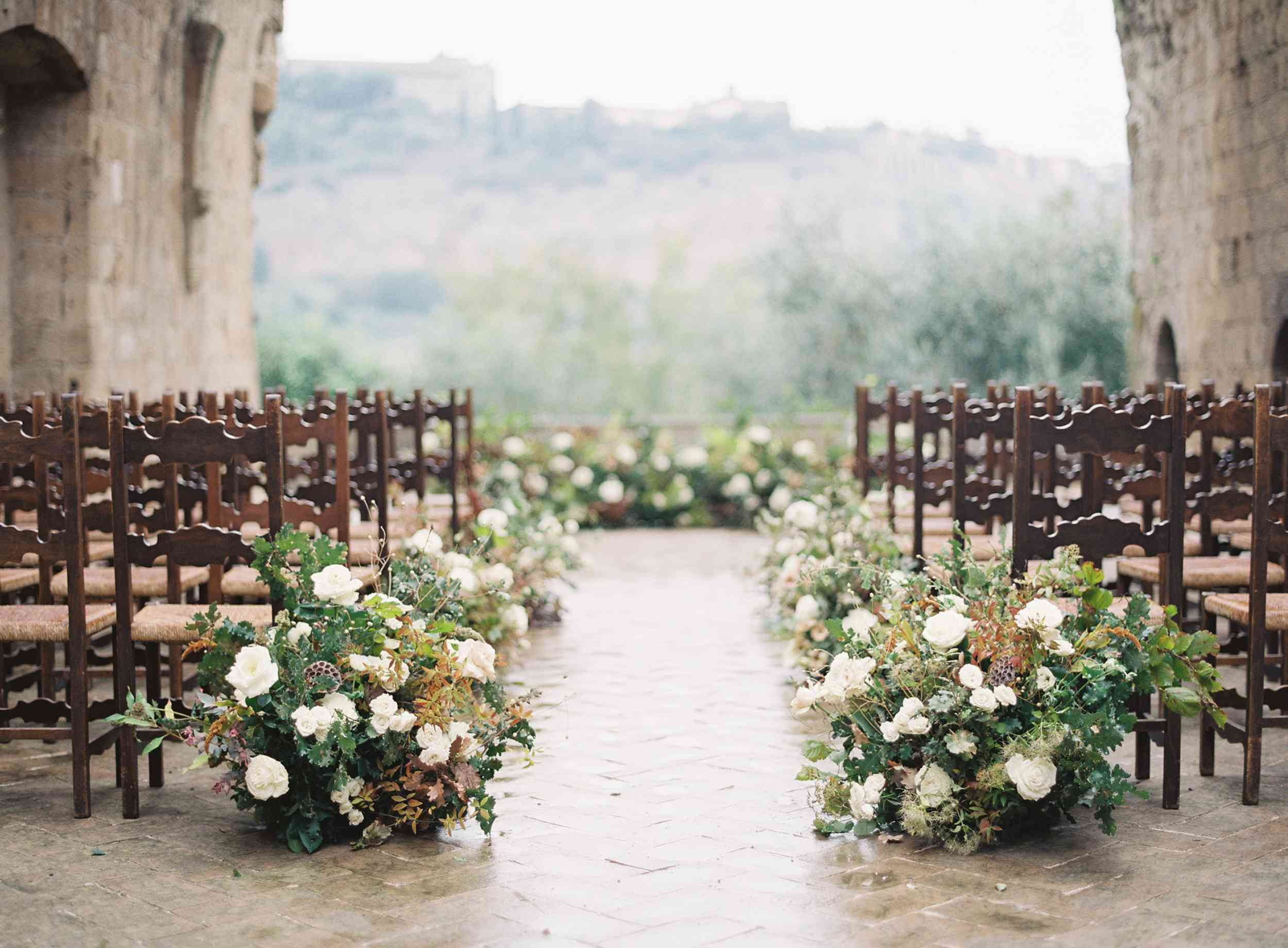 classic la badia italian wedding, wood ceremony seating and floral aisle runners