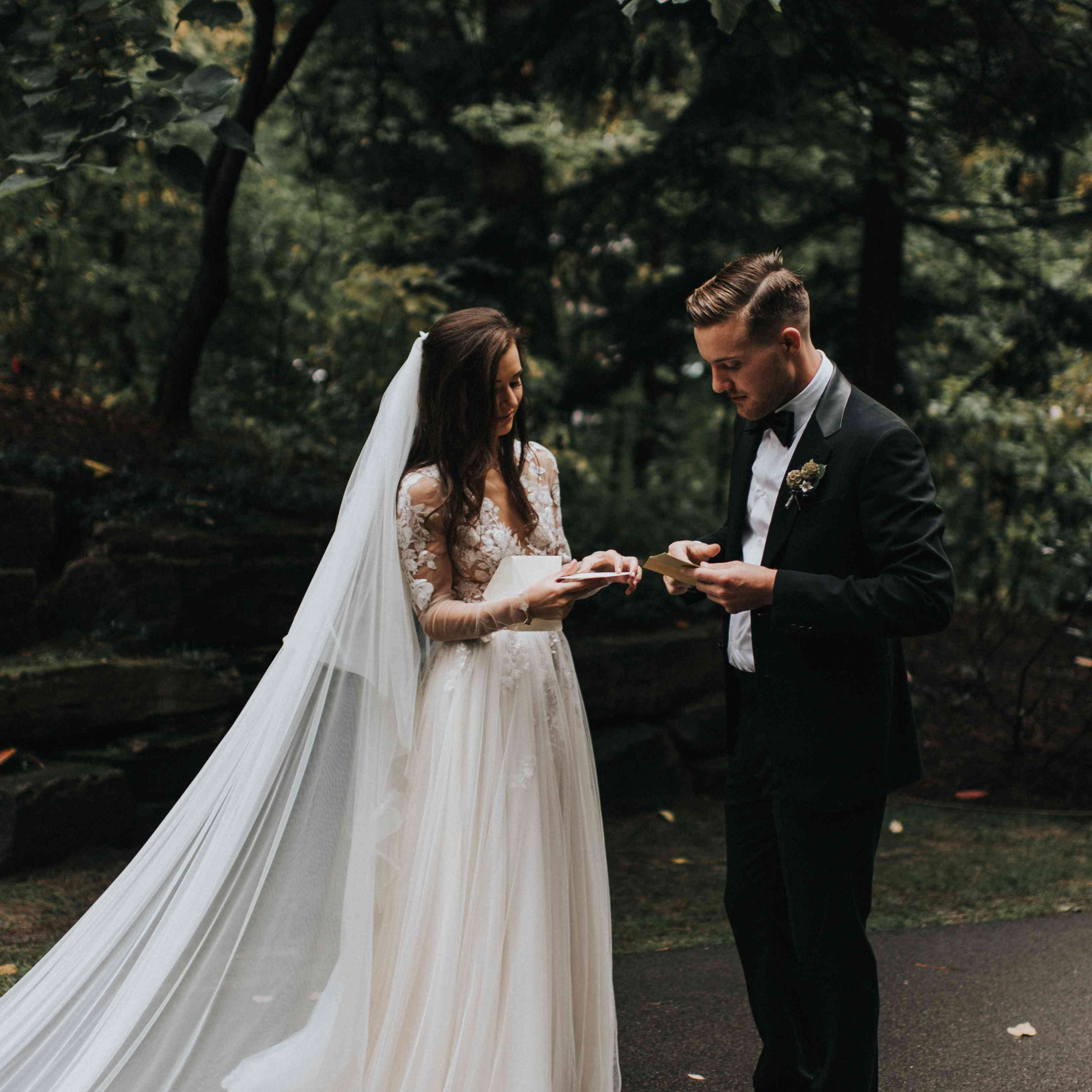 personalized michigan wedding, bride and groom reading notes