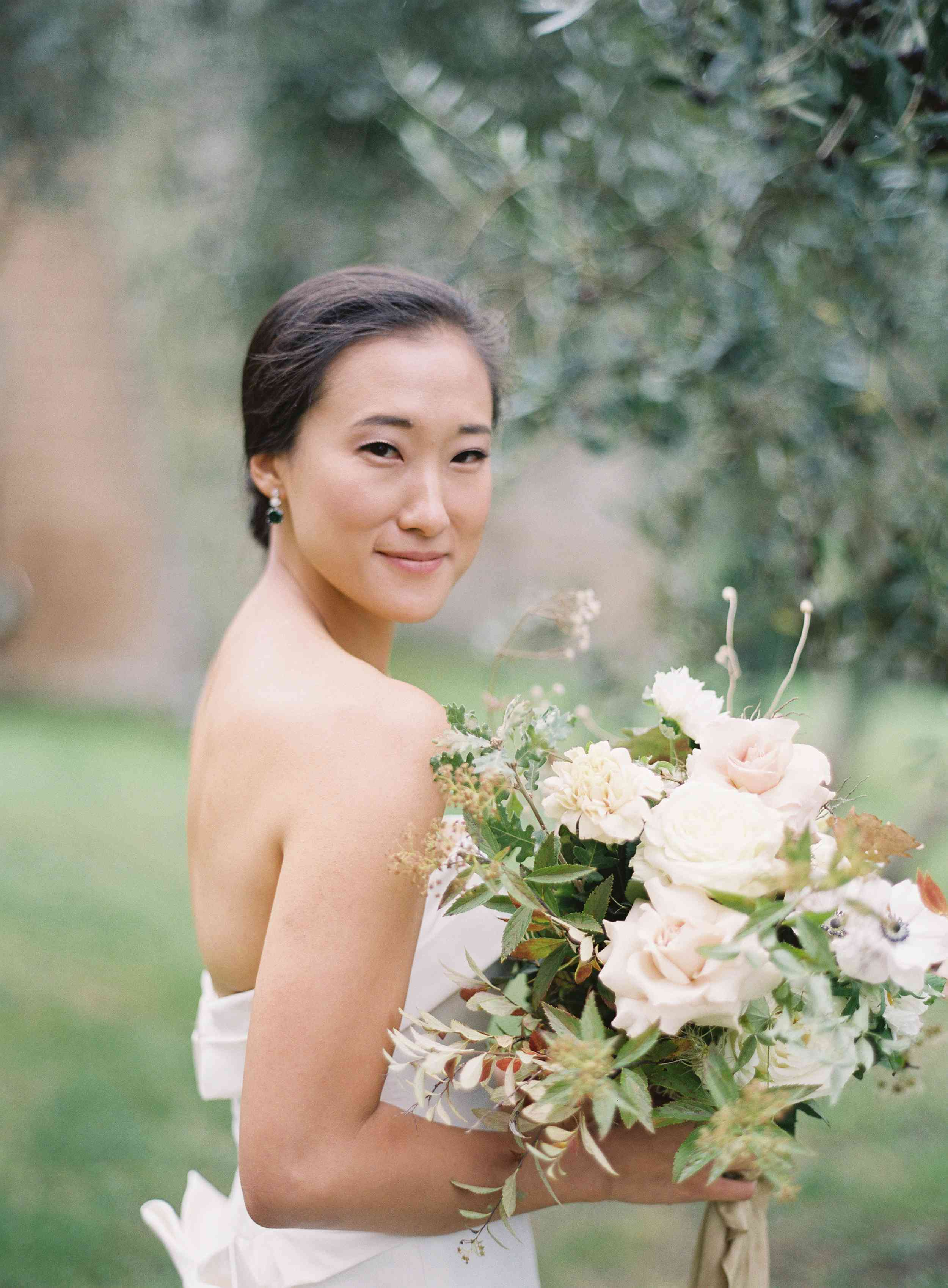 classic la badia italian wedding, bride holding bouquet