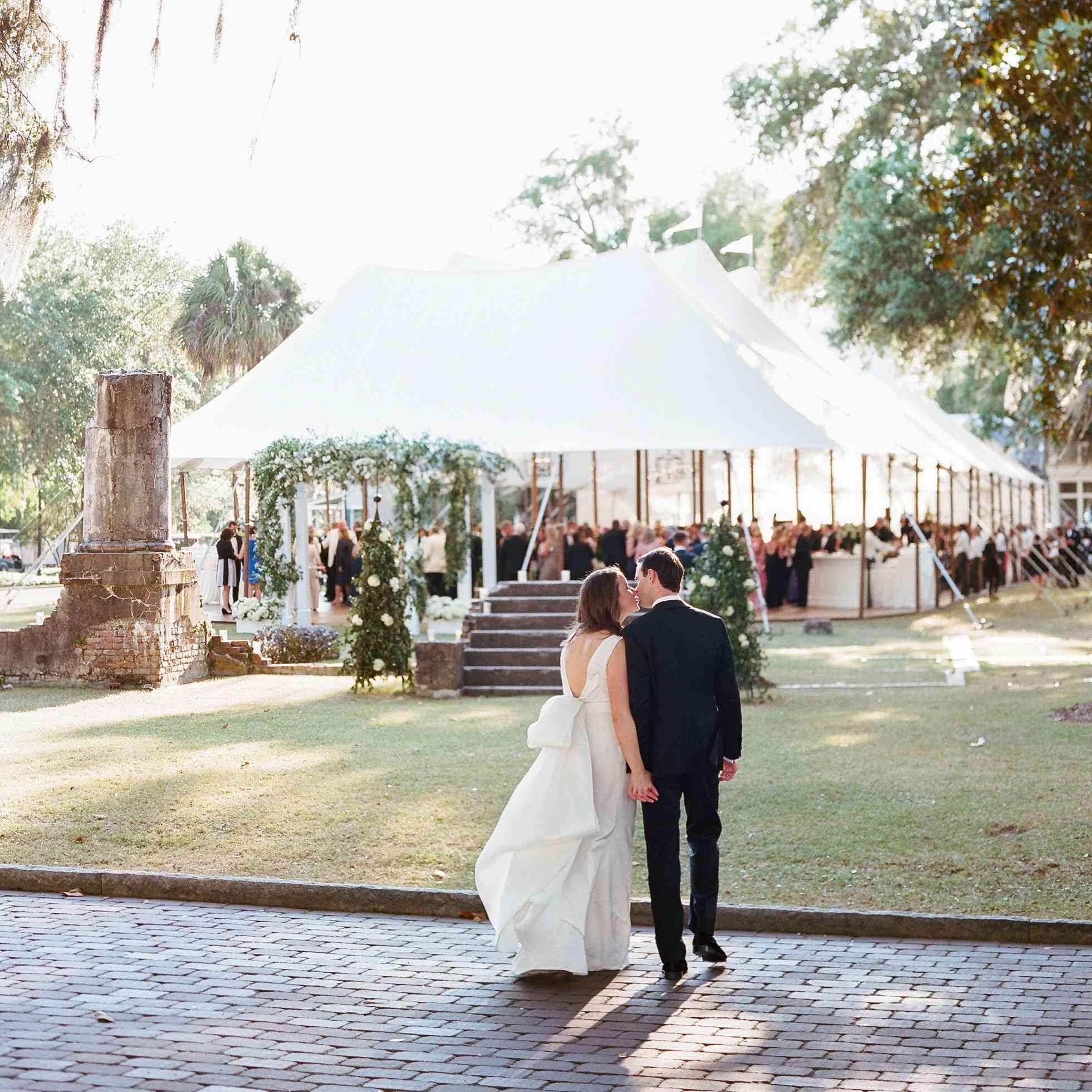 5 Gorgeous Trendy Wedding Themes For 2020: 17 Beautiful Wedding Tent Ideas