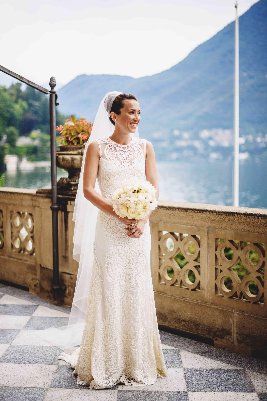 bride sleeveless wedding dress