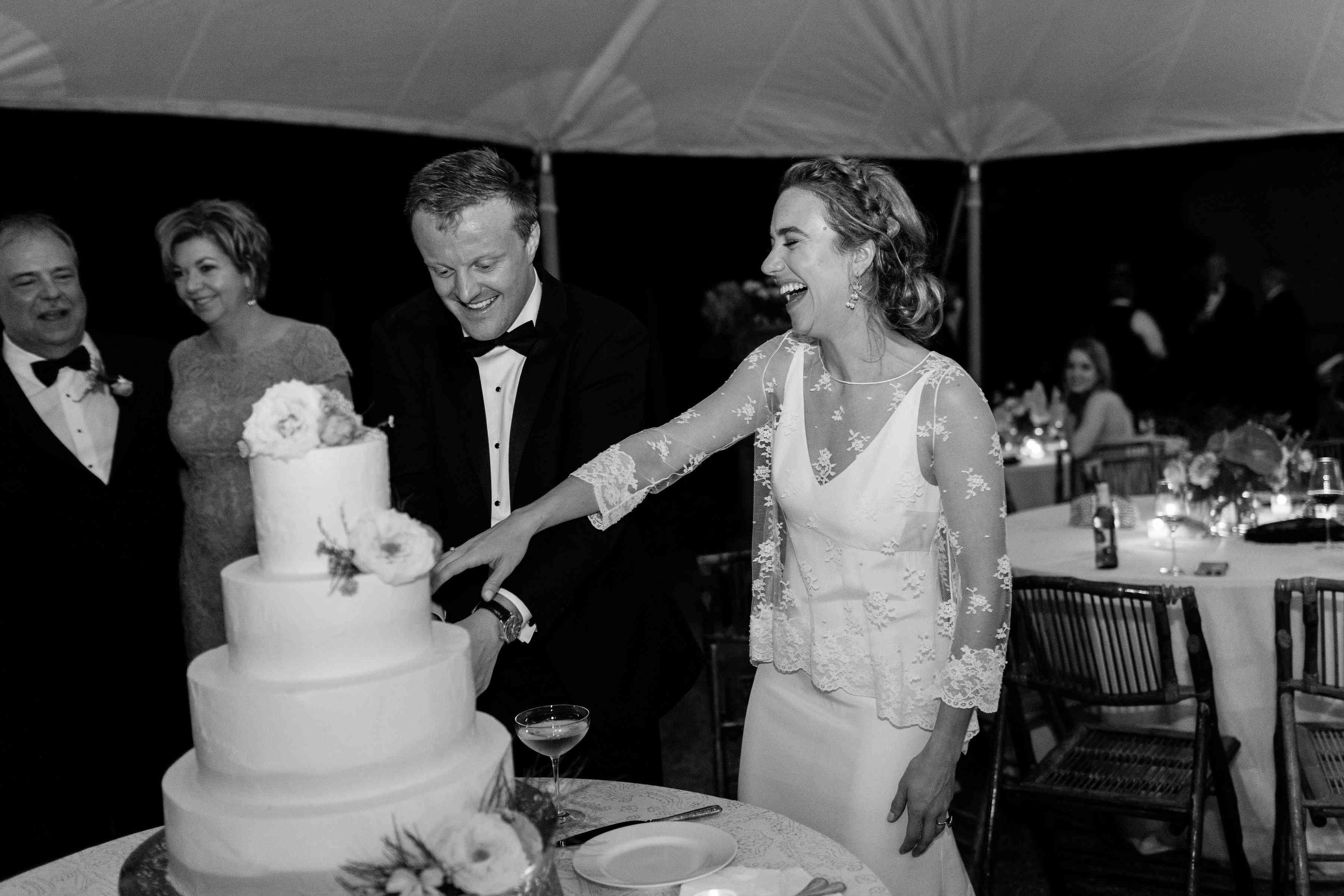 cutting cake wedding