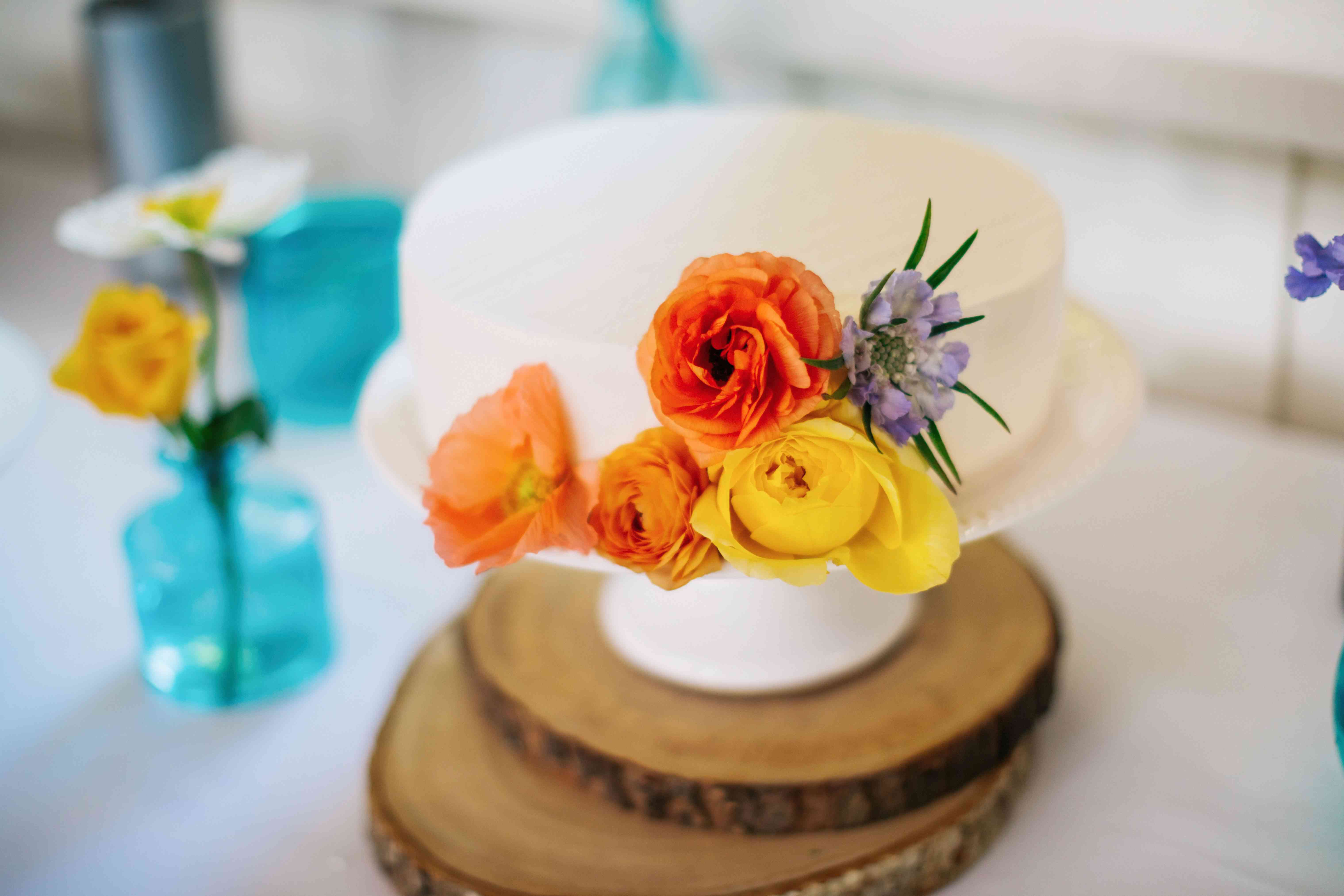 One-Tier Cake with Flowers