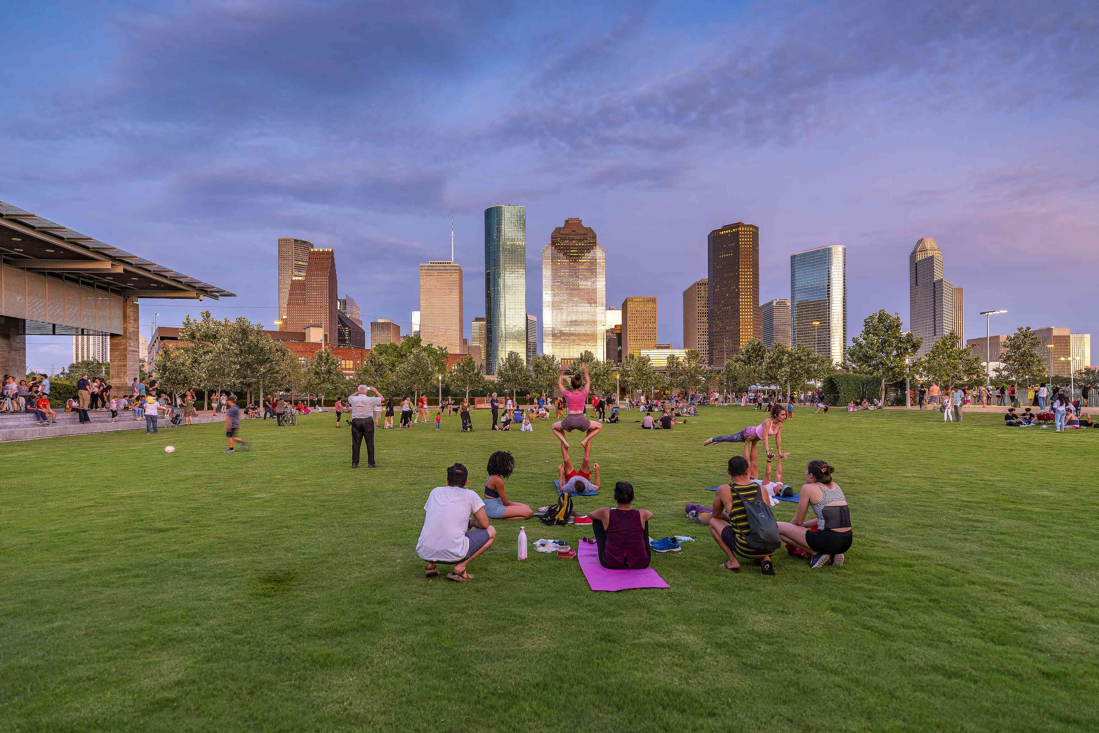 People on the lawn overlooking the skyline at Buffalo Bayou Park