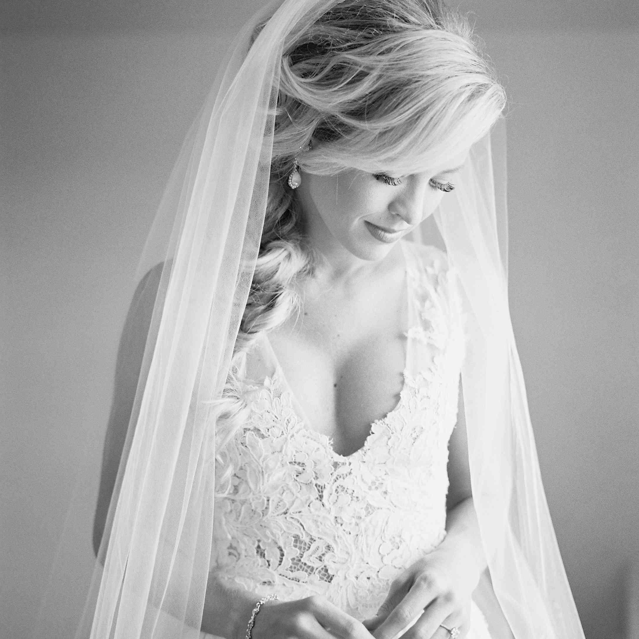 <p>Bride solo shot black and white</p><br><br>