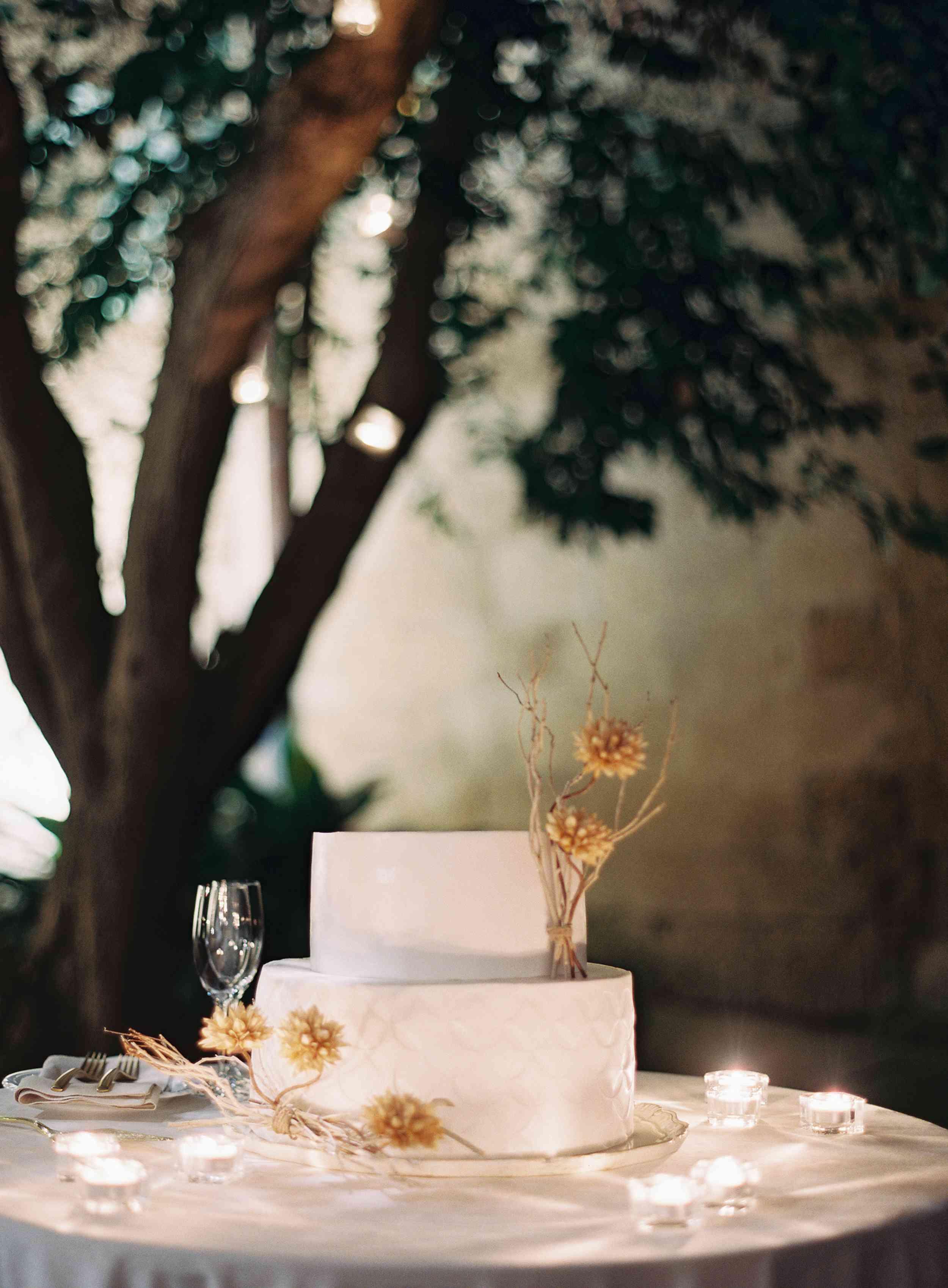 classic la badia italian wedding, modern wedding cake with sugar flowers