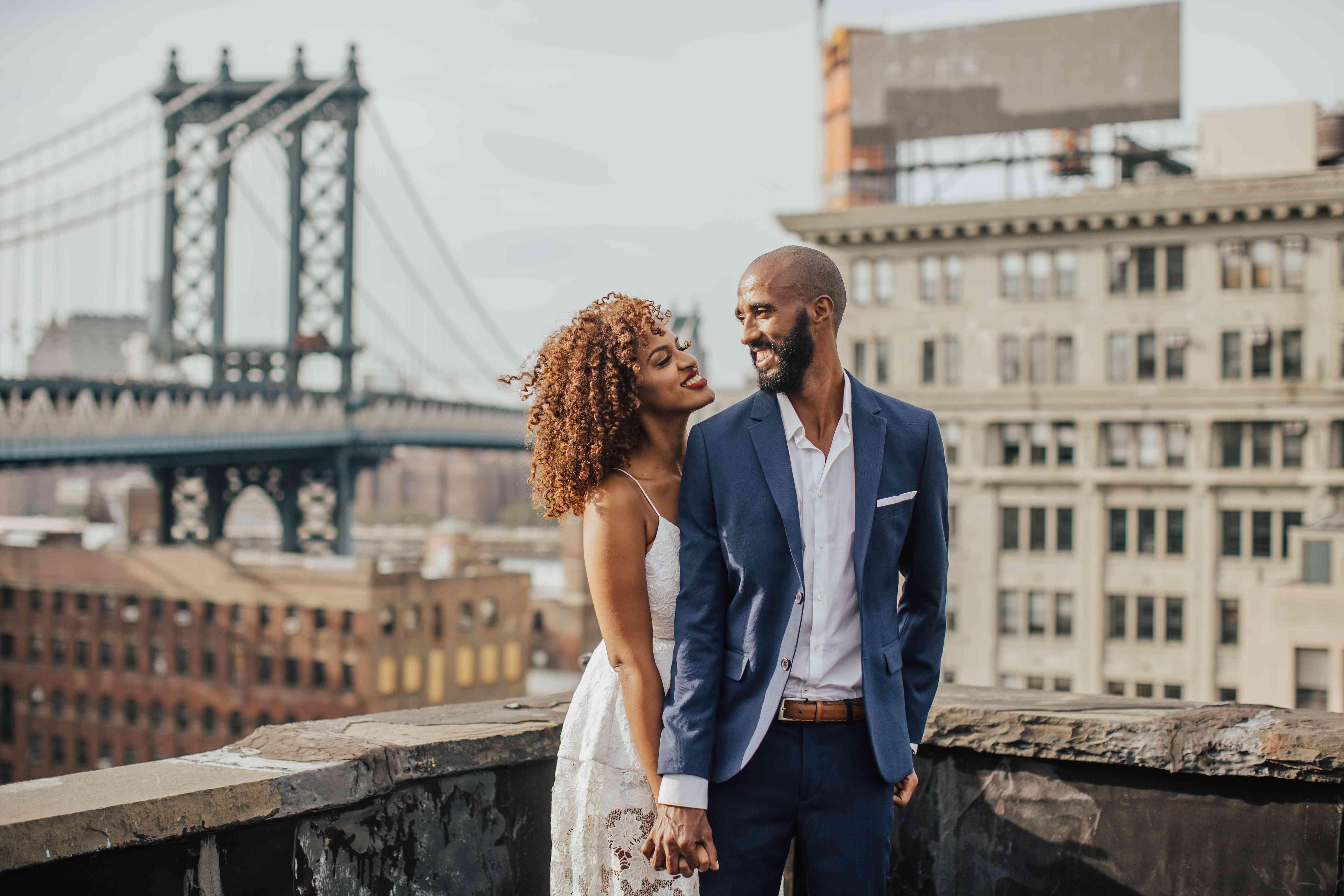 Couple in front of Brooklyn bridge