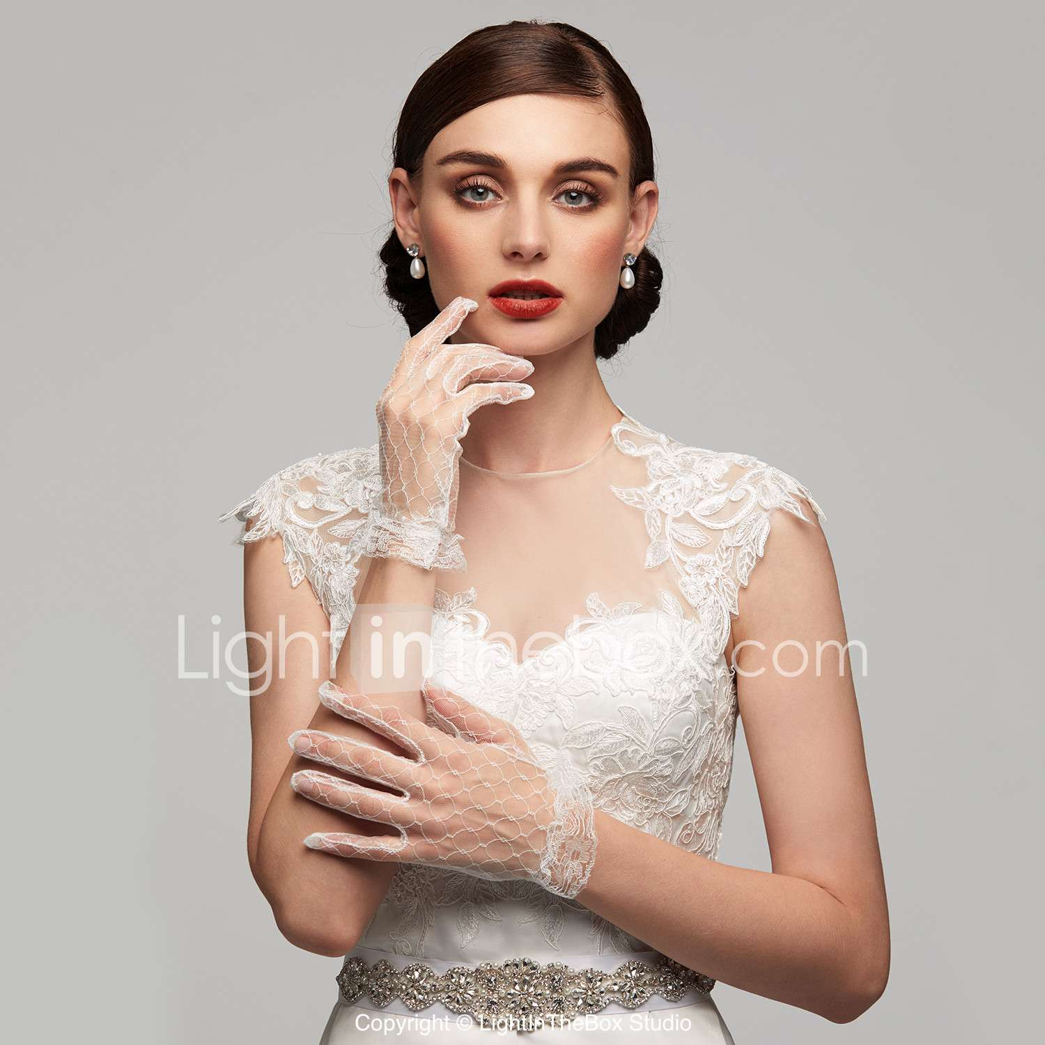 29 bridal gloves for a glamorous winter wedding look