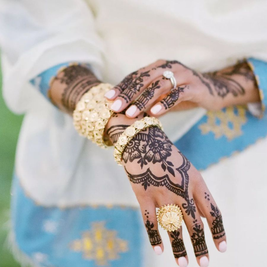 Bride with henna on her hands and a pastel pink manicure