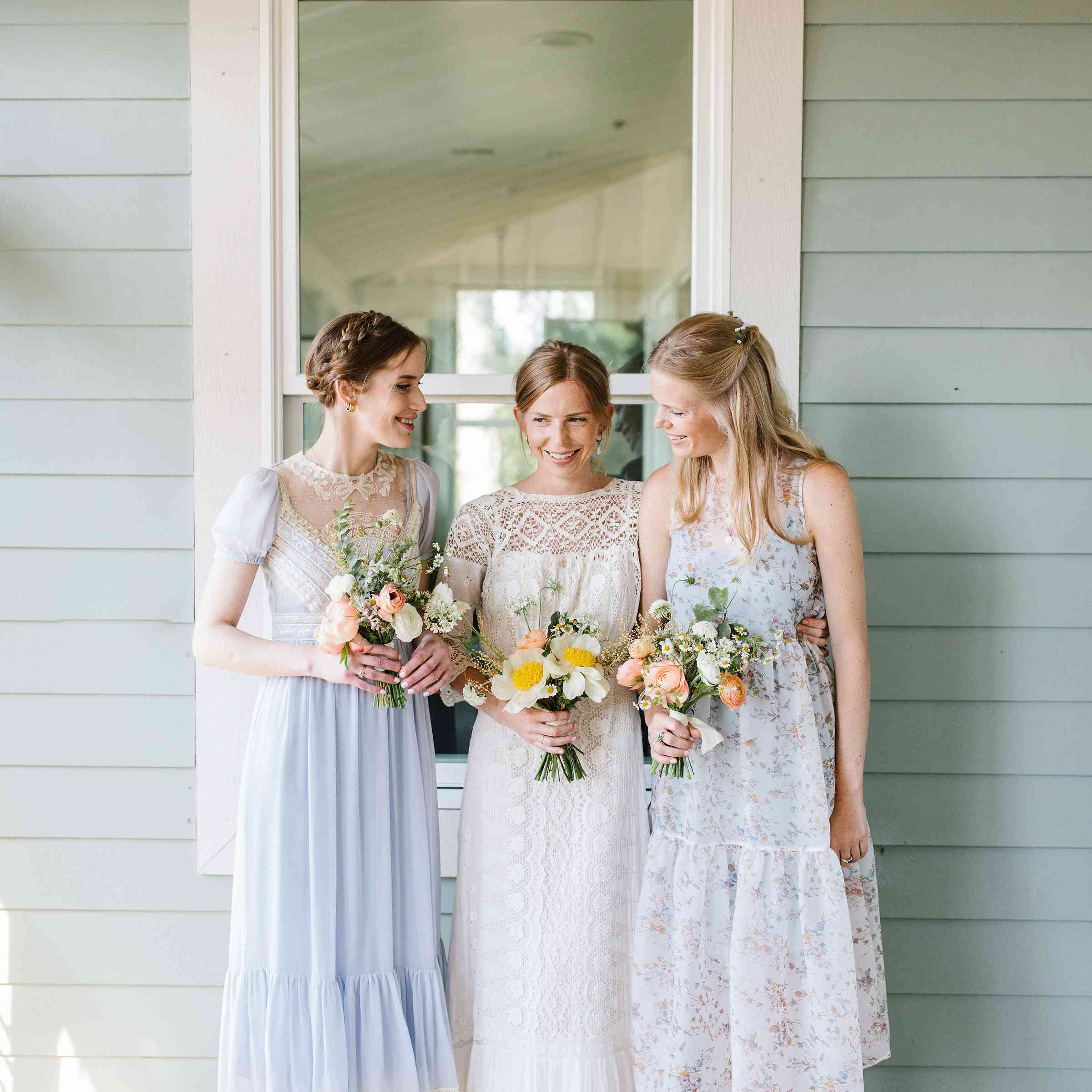 <p>bride with her sisters/bridesmaids</p><br><br>