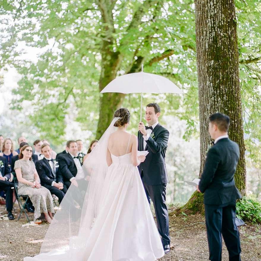 <p>rain during wedding umbrella</p><br><br>