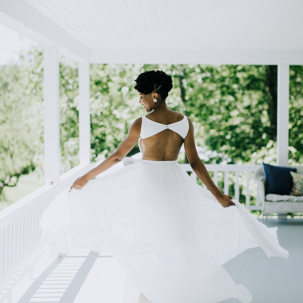 <p>bride natural hair open back wedding dress</p><br><br>