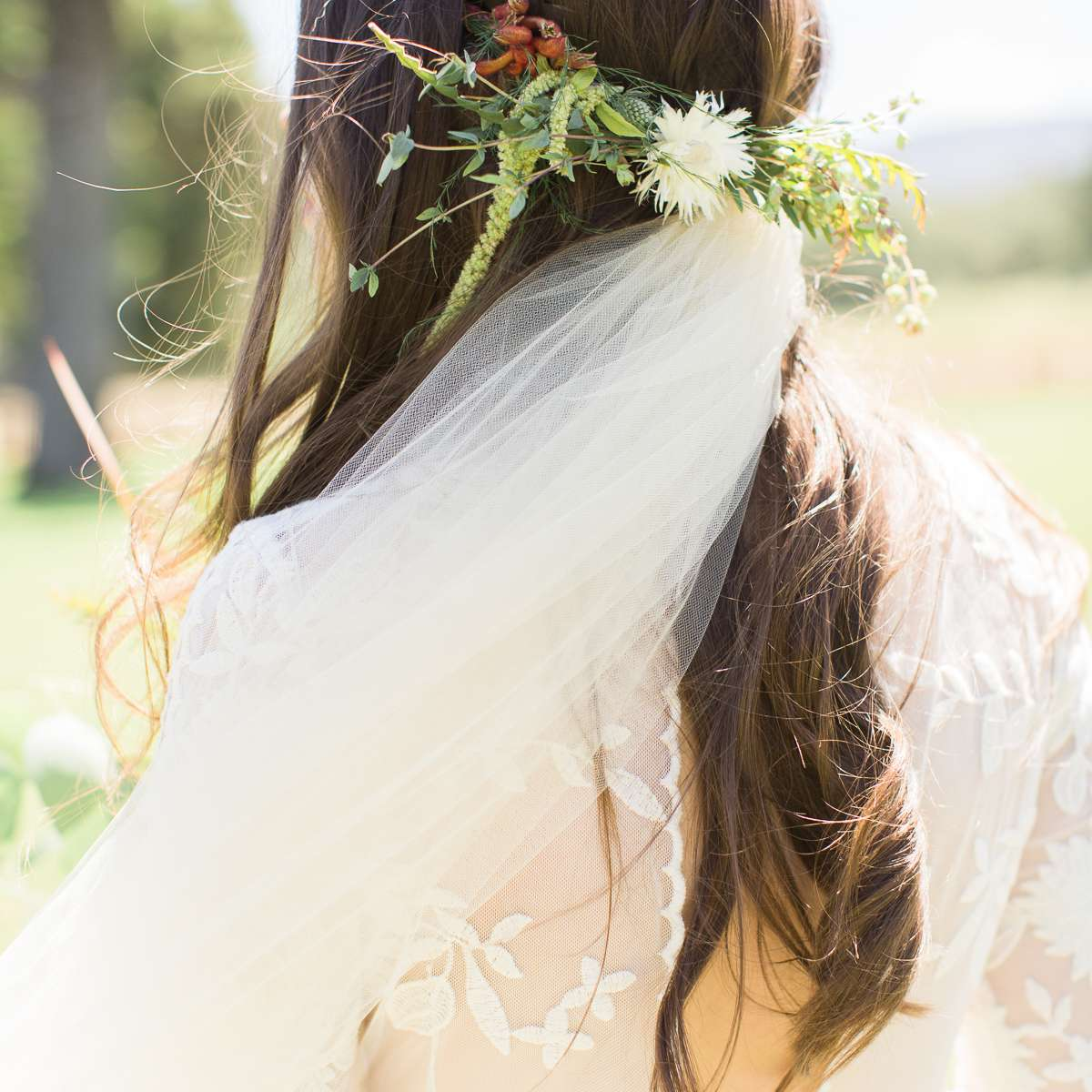 <p>Bride veil with greenery accents</p><br><br>