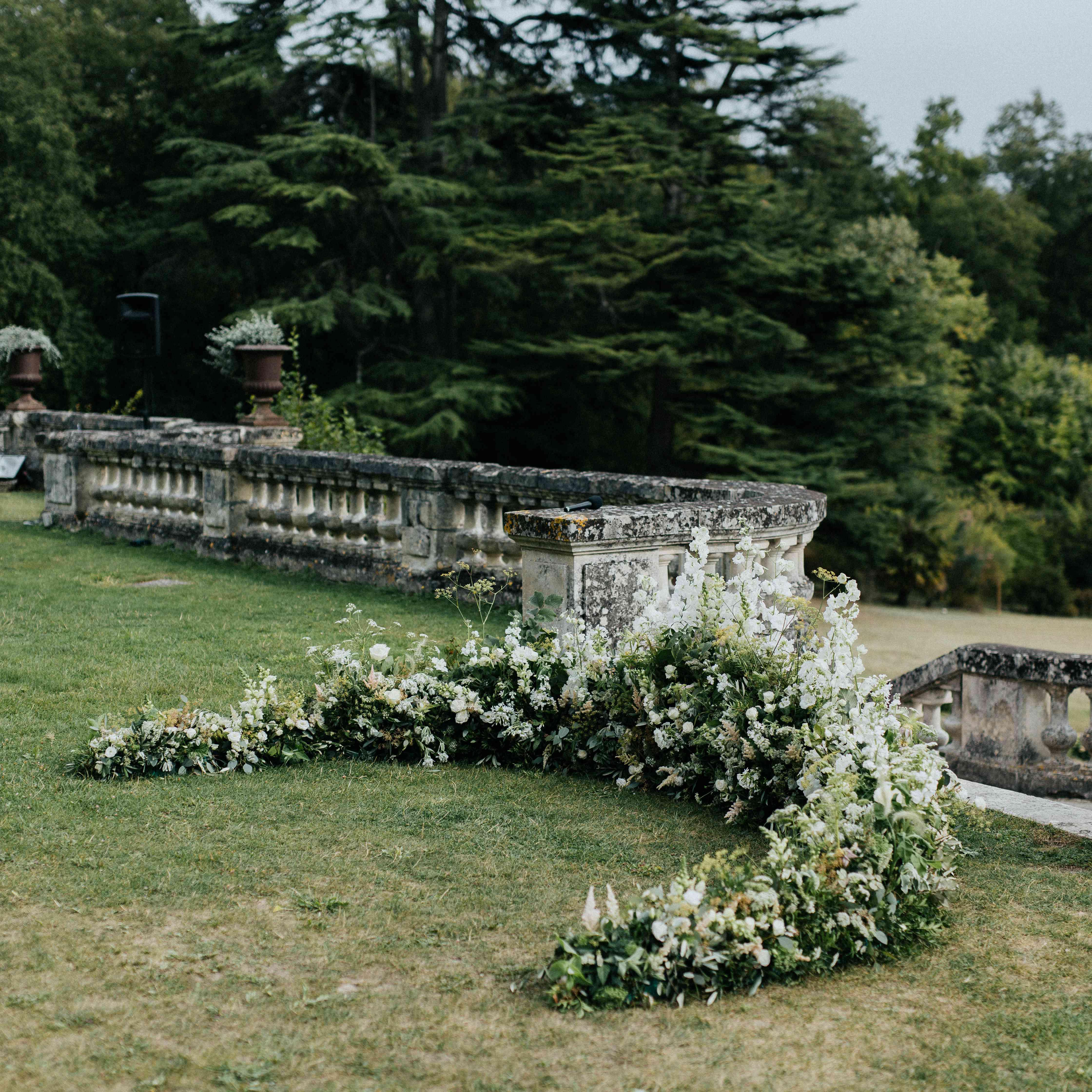 <p>half-circle of flowers altar decor</p><br><br>