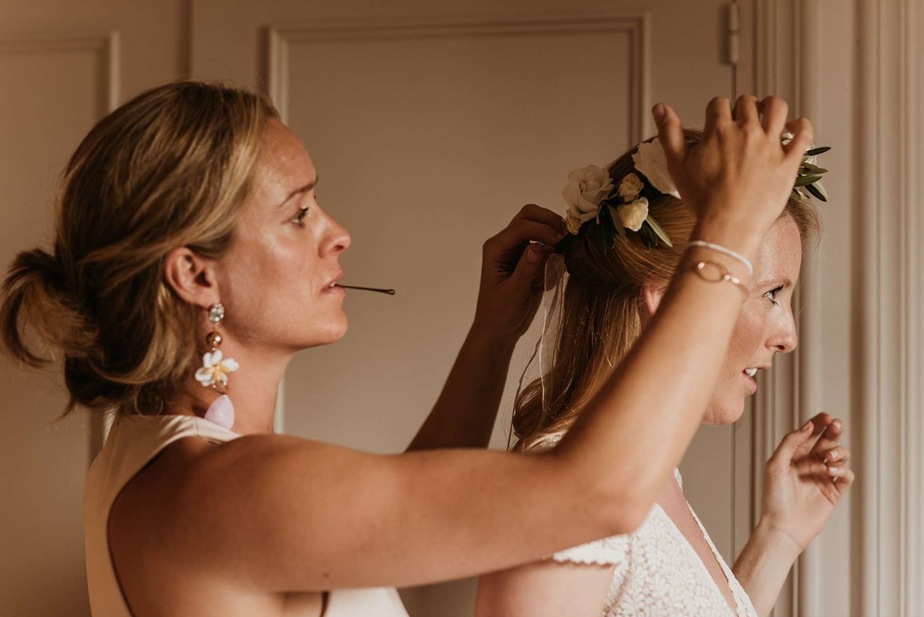 <p>Bride getting ready with mother of bride</p><br><br>