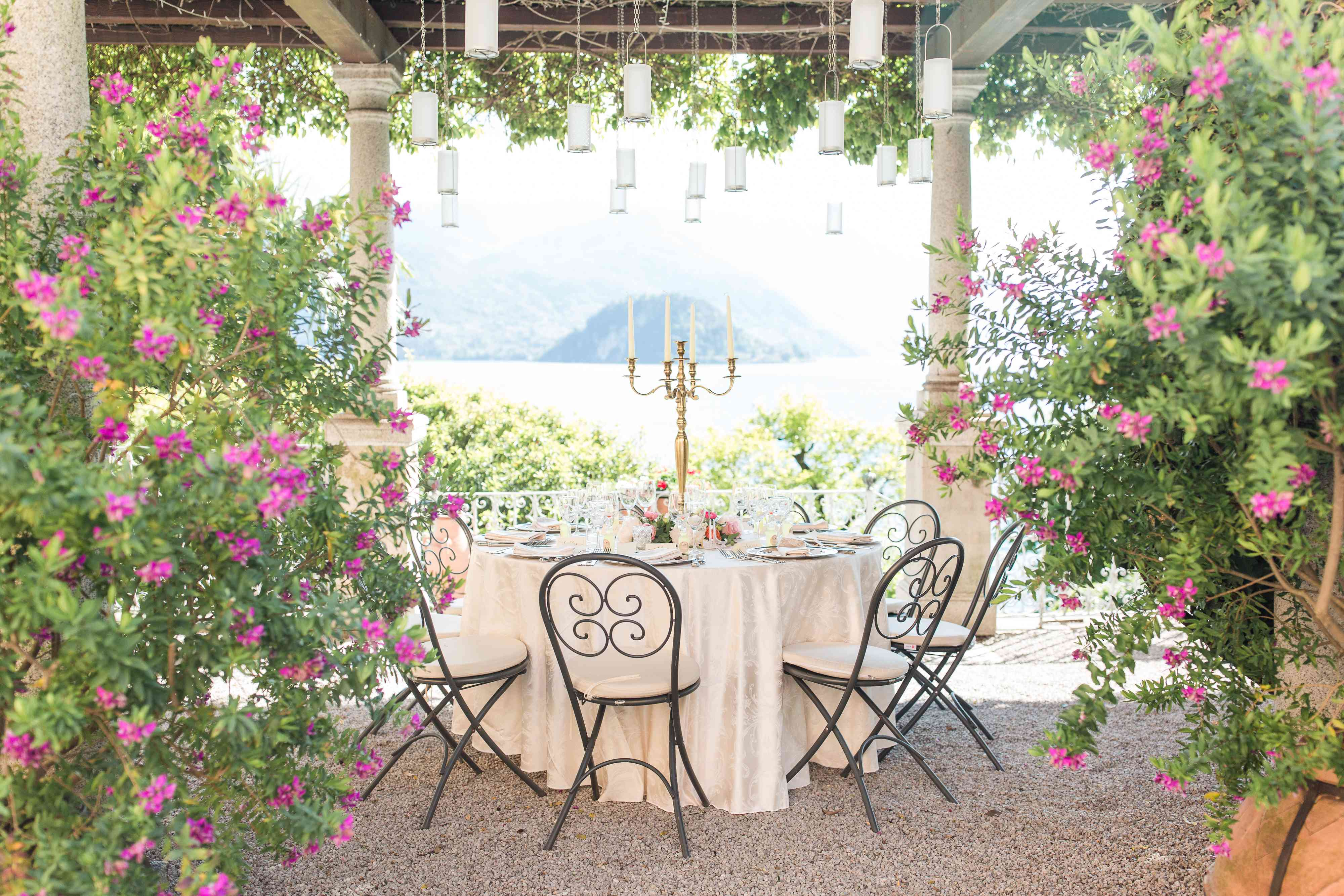 <p>Floral table setting</p><br><br>