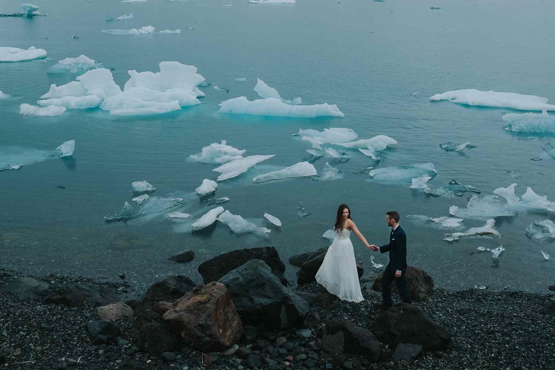 Couple holding hands at the Lagoon of Jökulsarlón in Island
