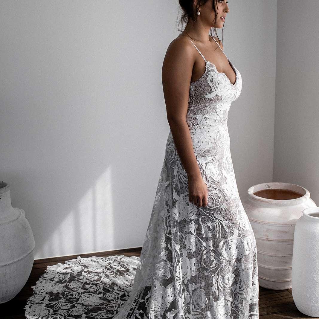 Rosa rose-embroidered wedding dress