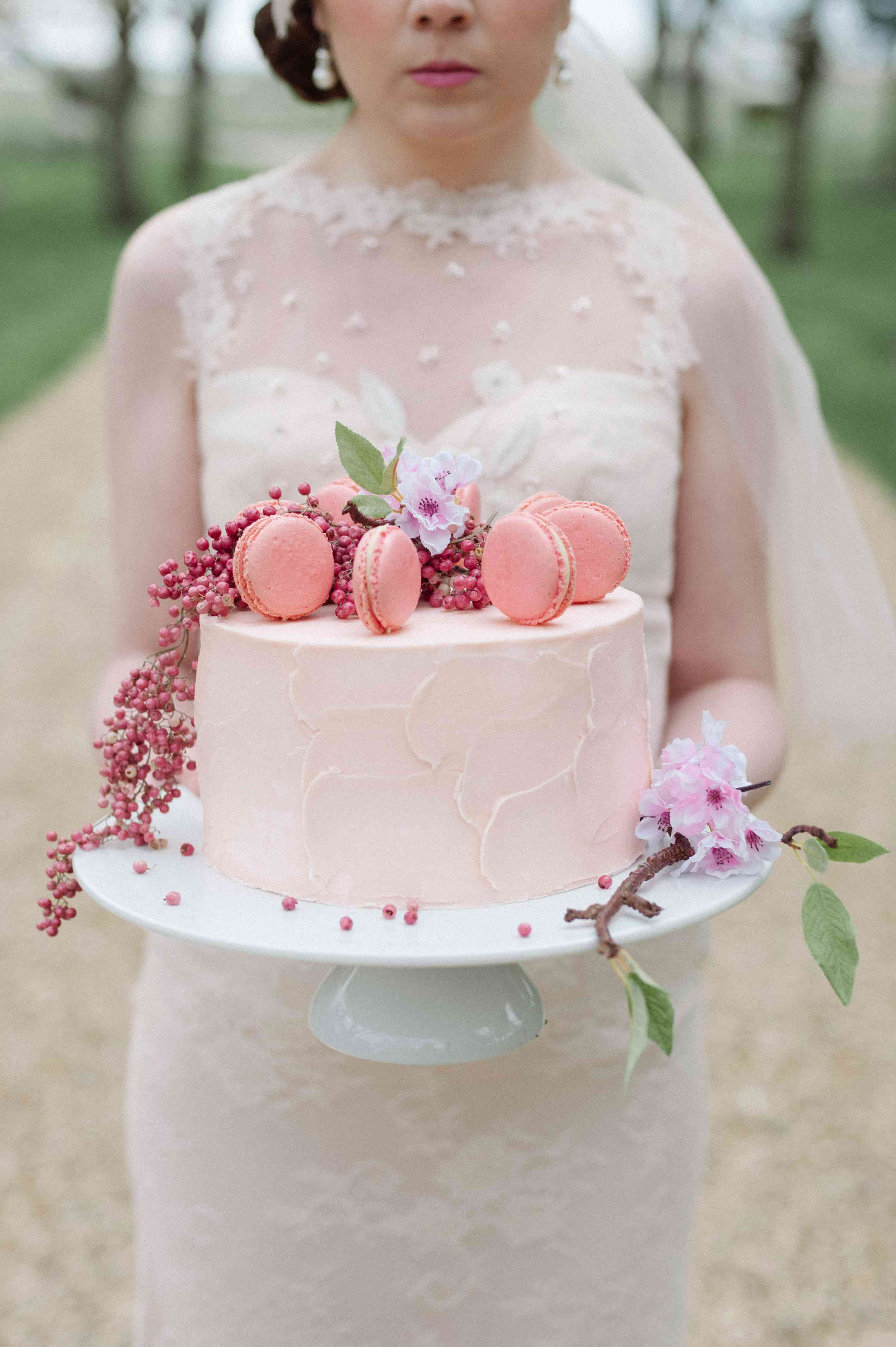 single tier cake with macarons