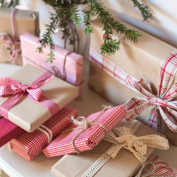Do Bridesmaids Buy Wedding Gifts: Wedding Gift Etiquette: When Do You Open Gifts?
