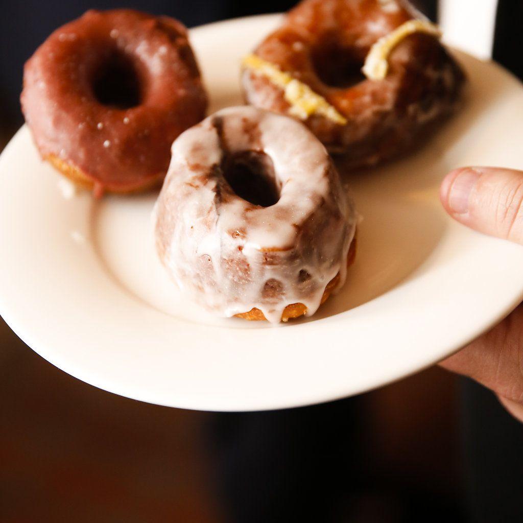 minimalist california wedding, donut dessert