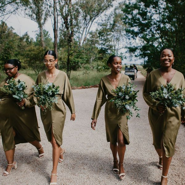 bridesmaids in green with bouquets