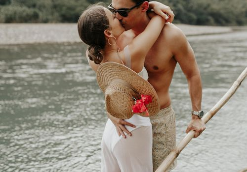 couple kissing on vacation