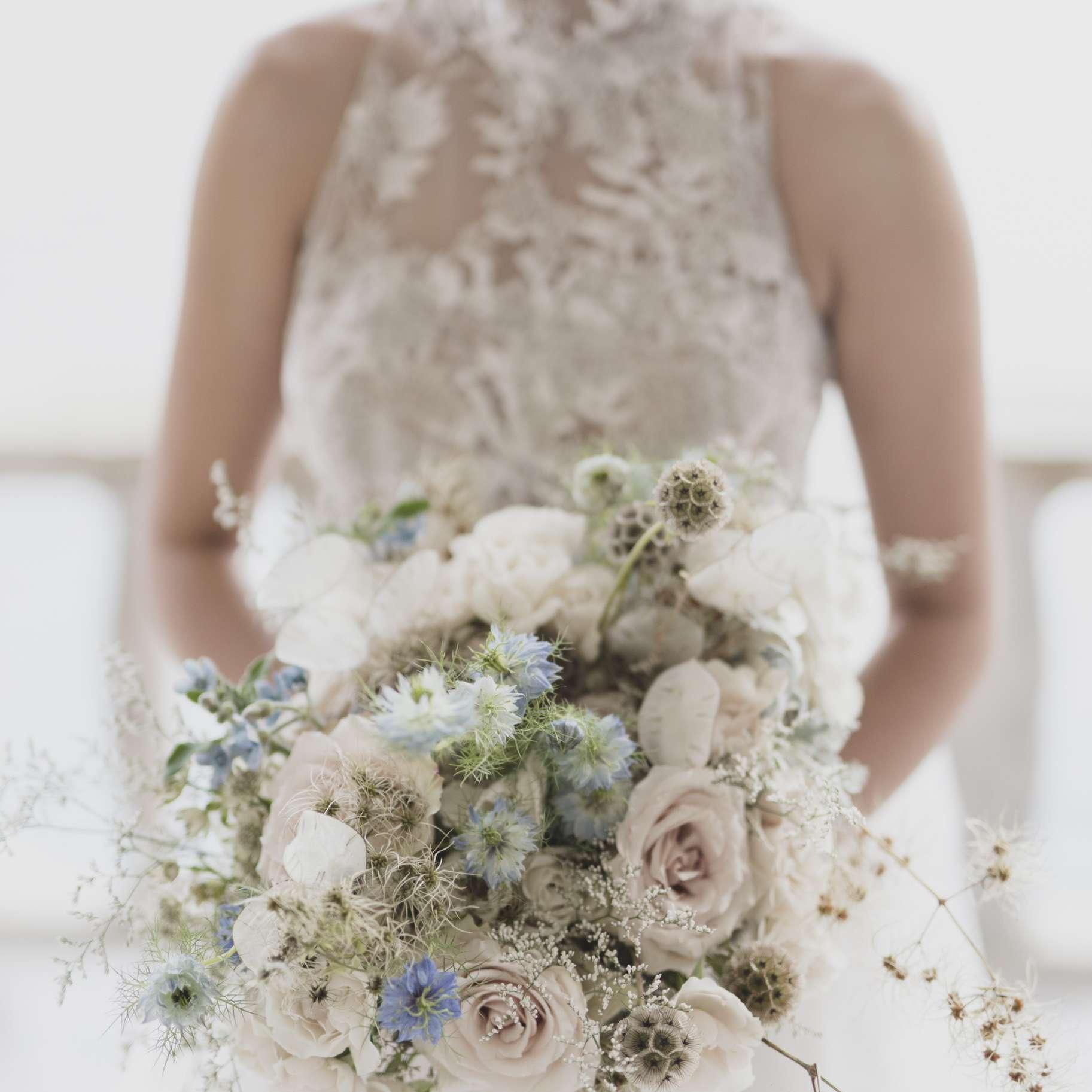 romantic lake como wedding, bride with bouquet