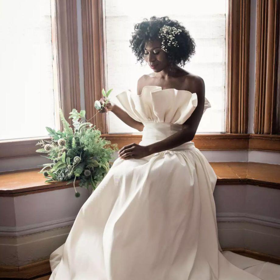 Bride with babys breath in natural curls
