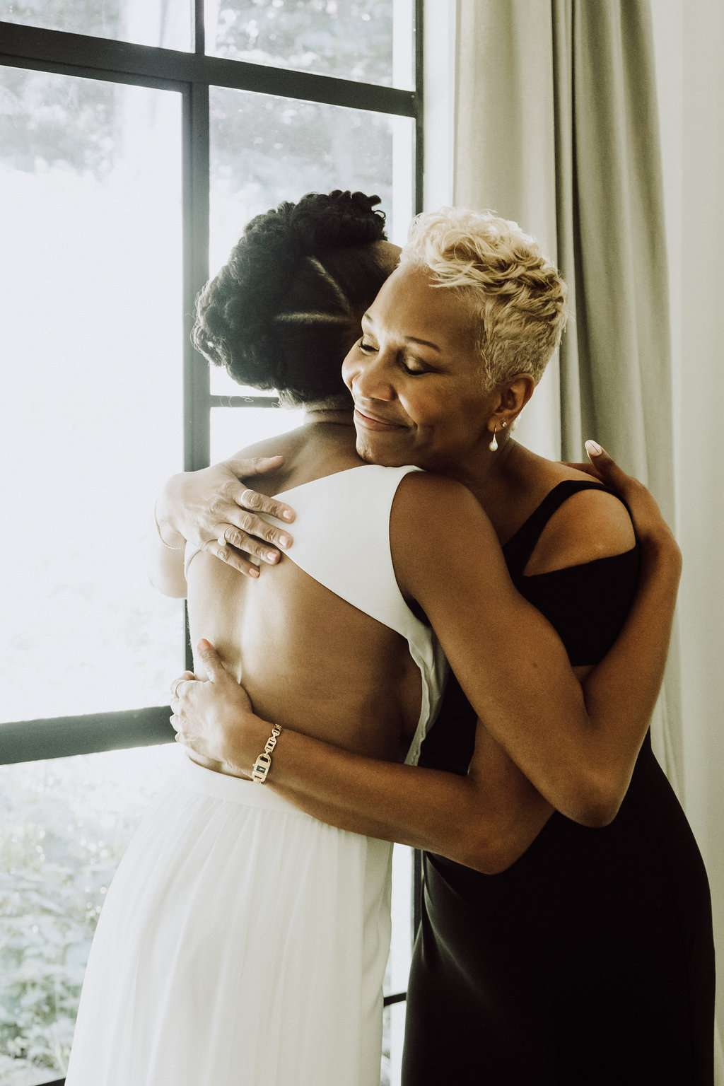 bride and maid of honor hugging