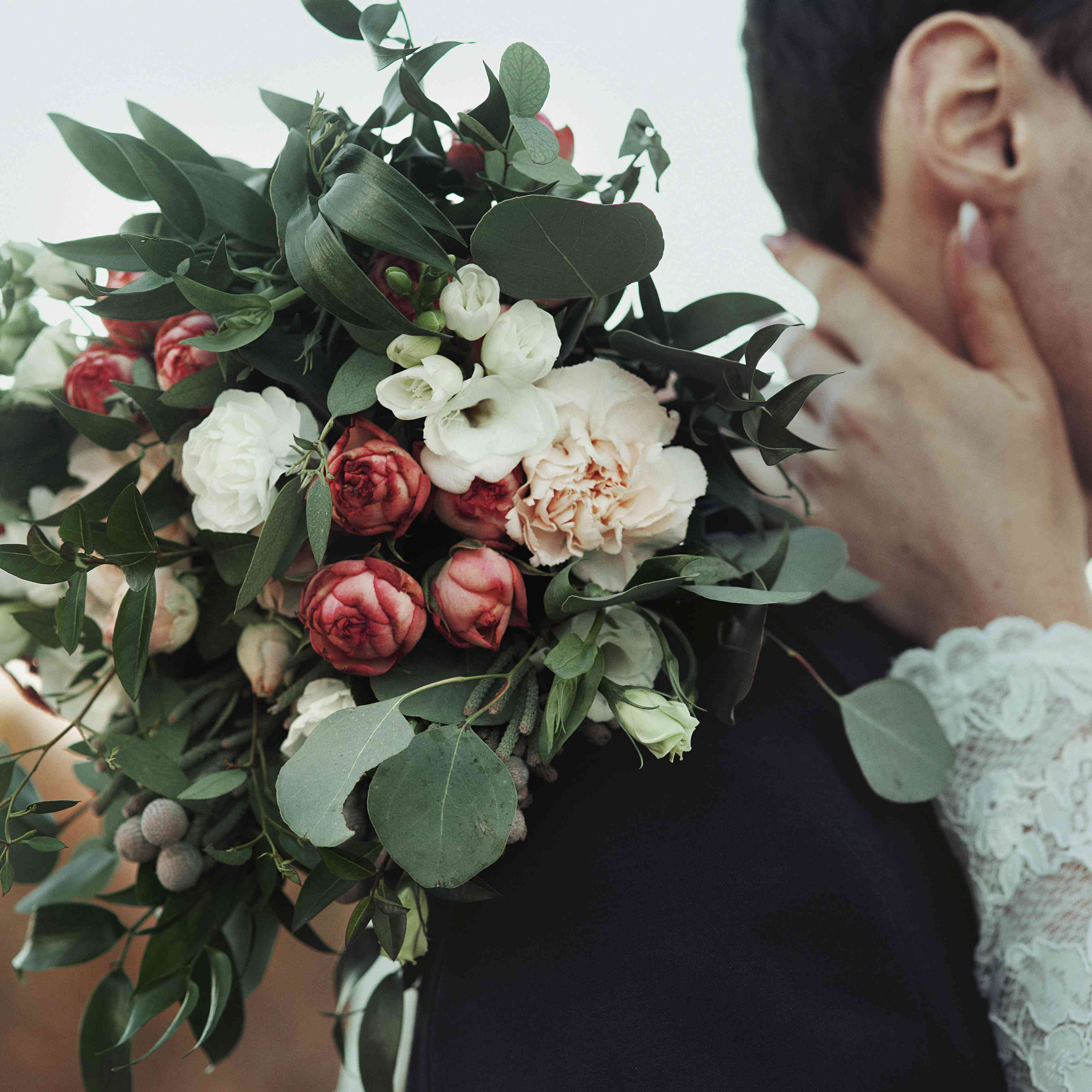 Winter Wedding Flower Bouquets: These Winter Wedding Bouquets Prove That Cold Weather