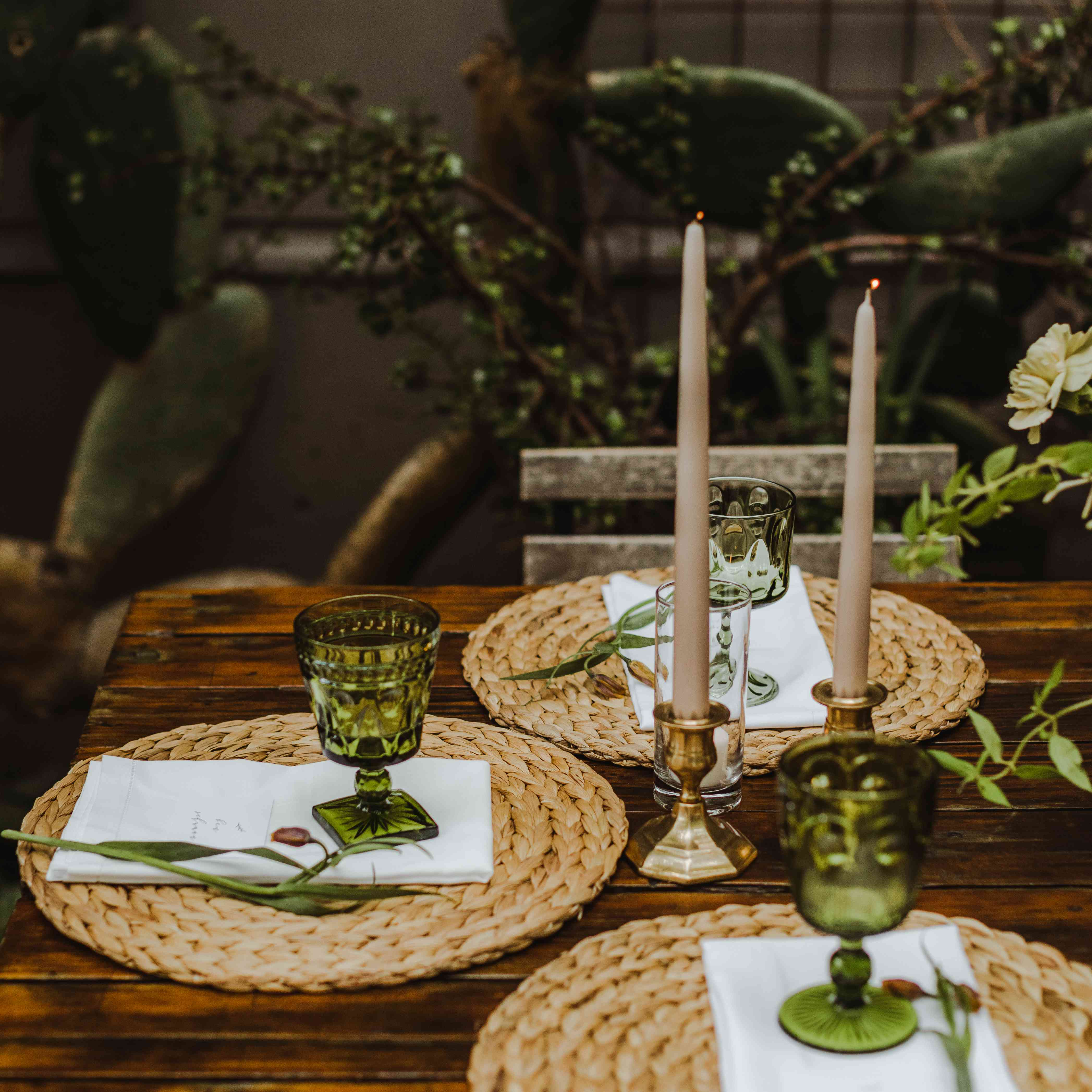 <p>Place setting with candles</p><br><br>