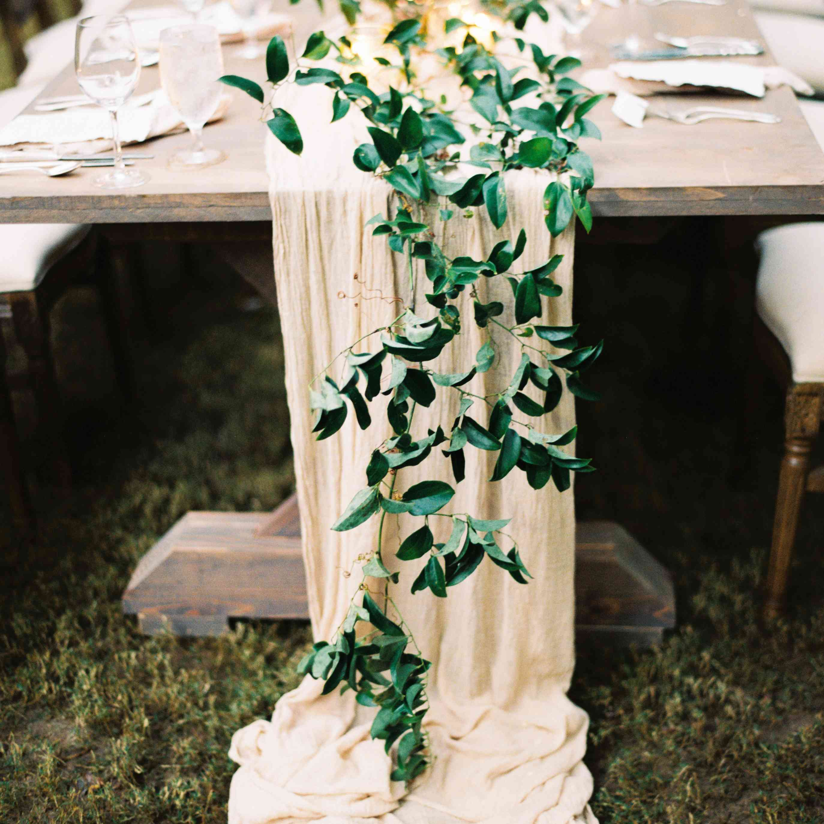 <p>table runner tablescape</p><br><br>