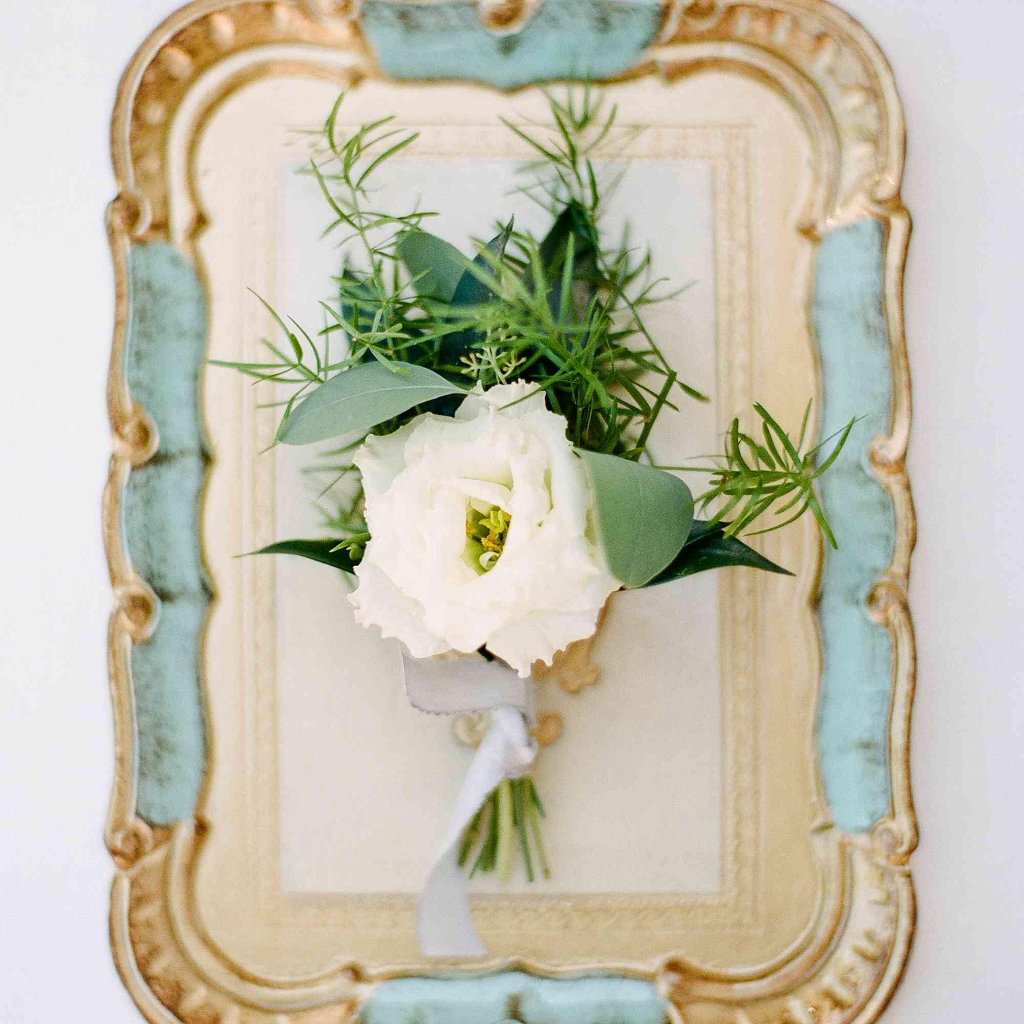 <p>Floral arrangement on tray</p><br><br>