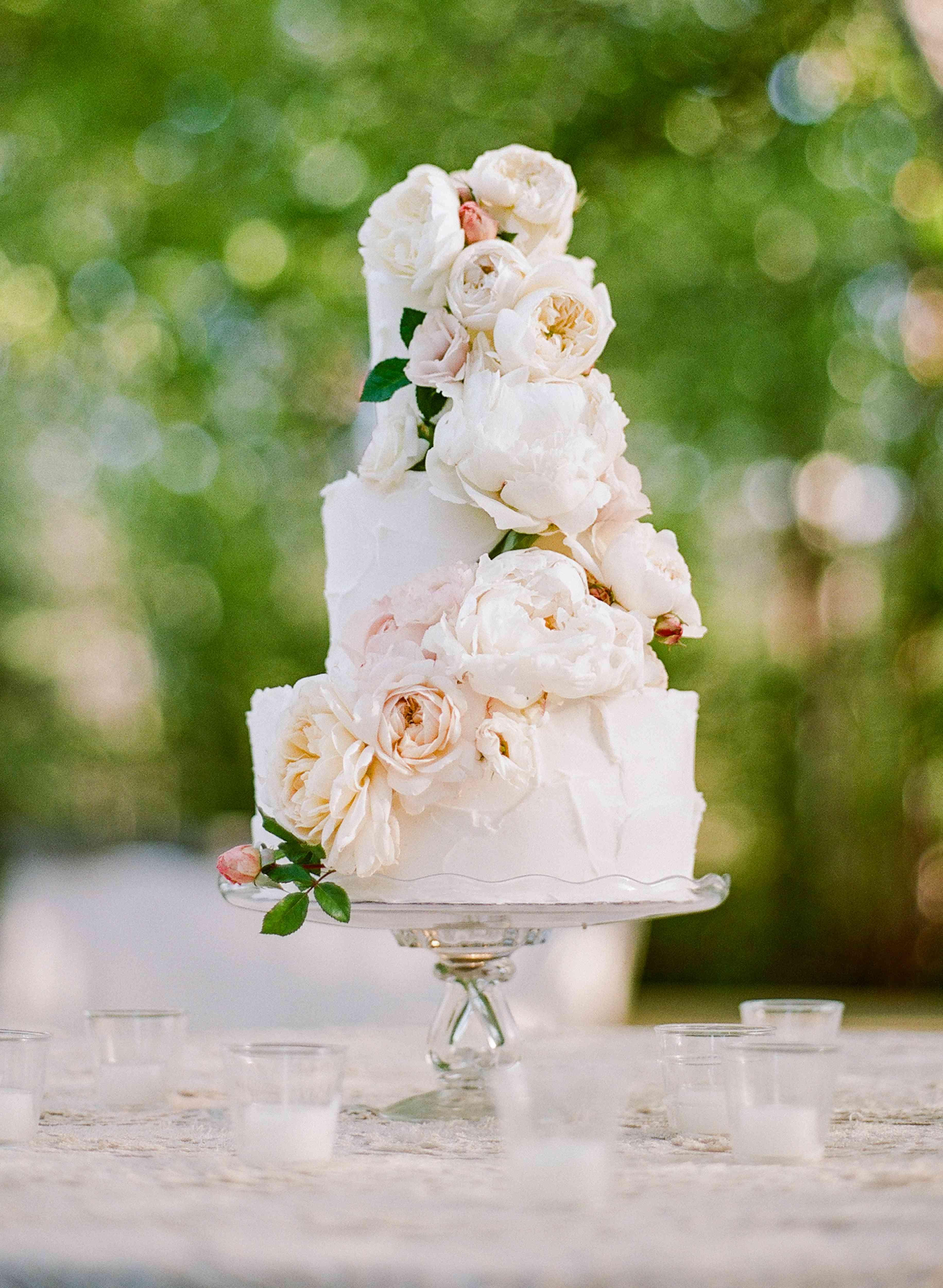 <p>wedding cake with fresh flowers</p>