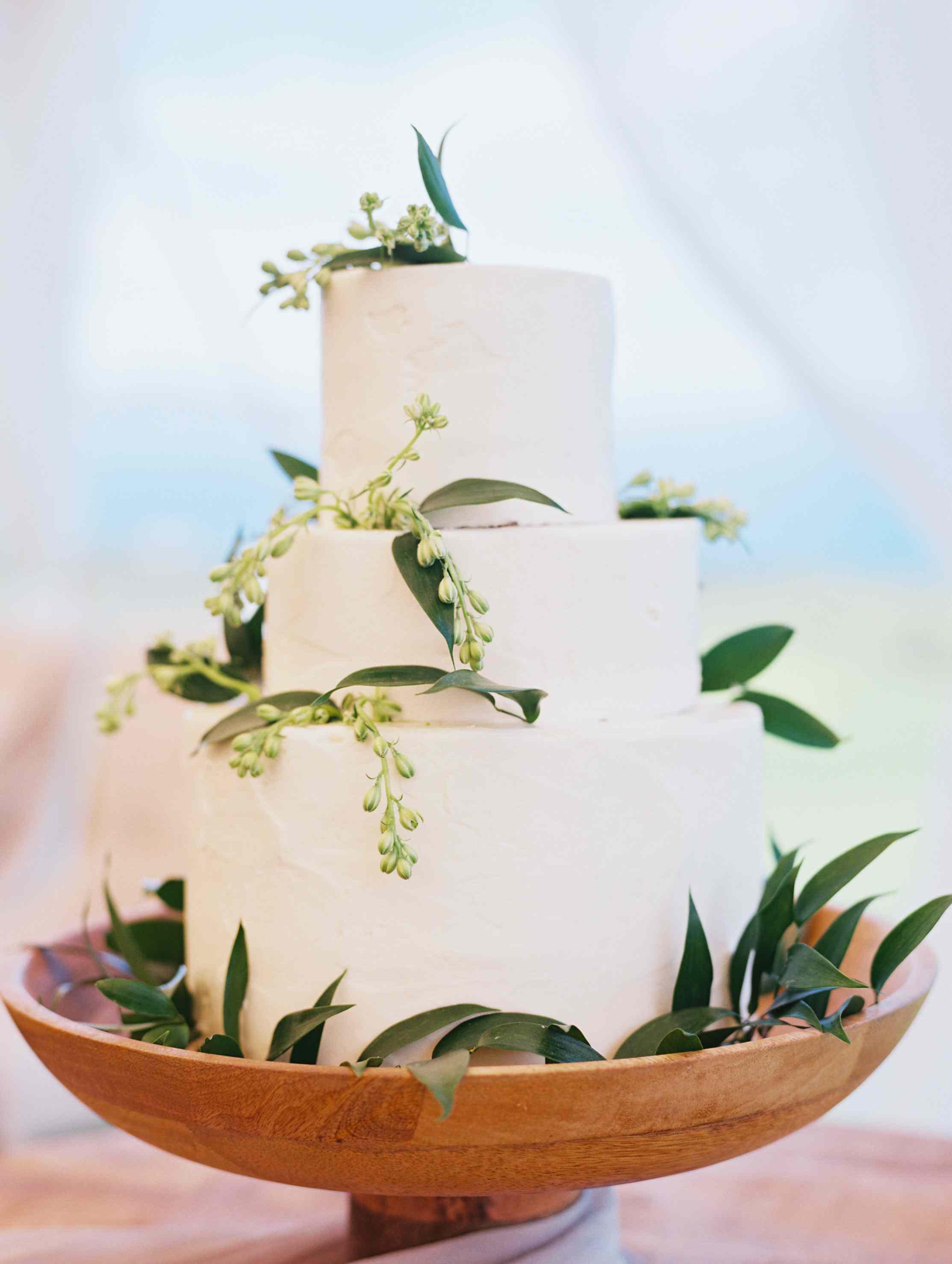 <p>simple wedding cake</p>