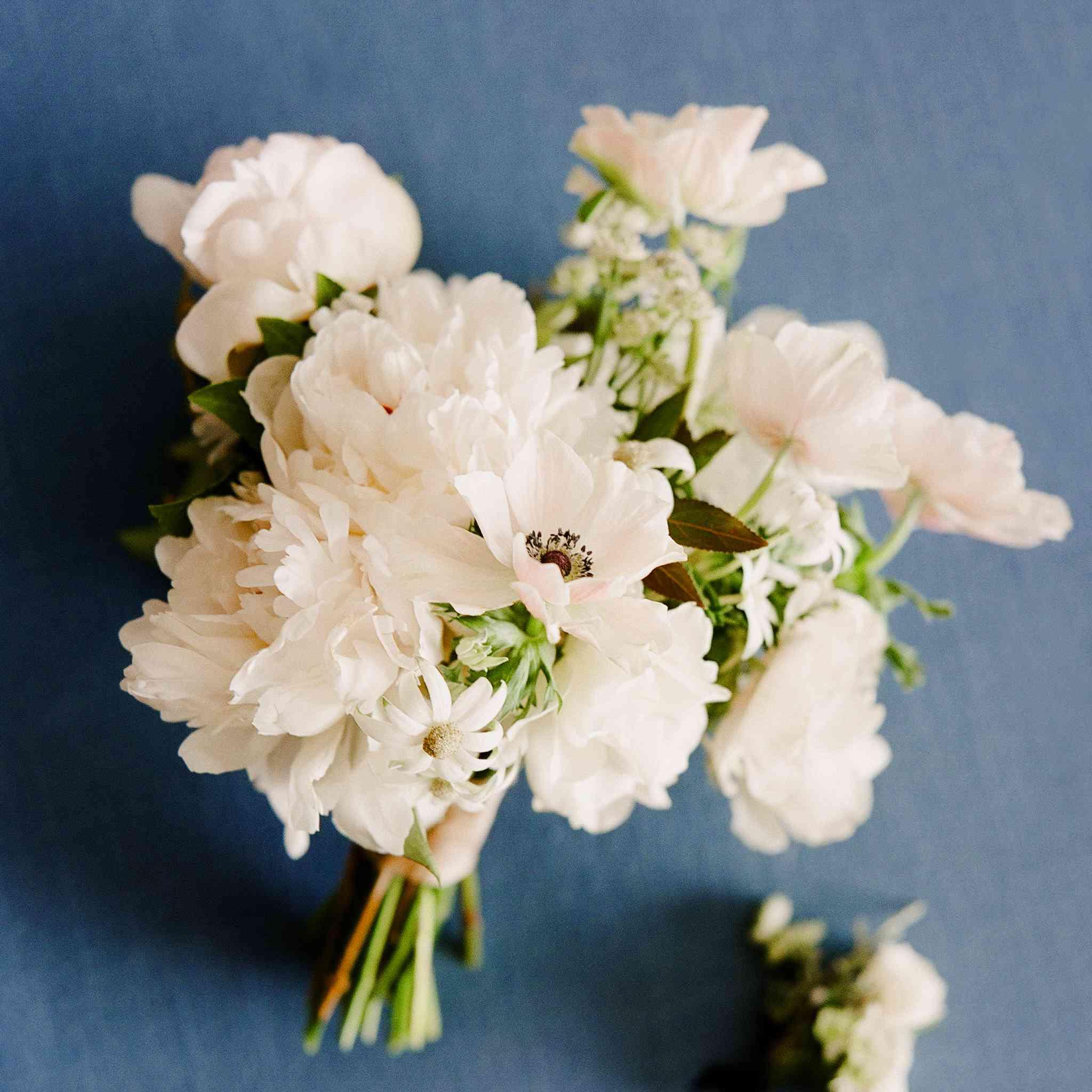 <p>all white bouquet</p><br><br>