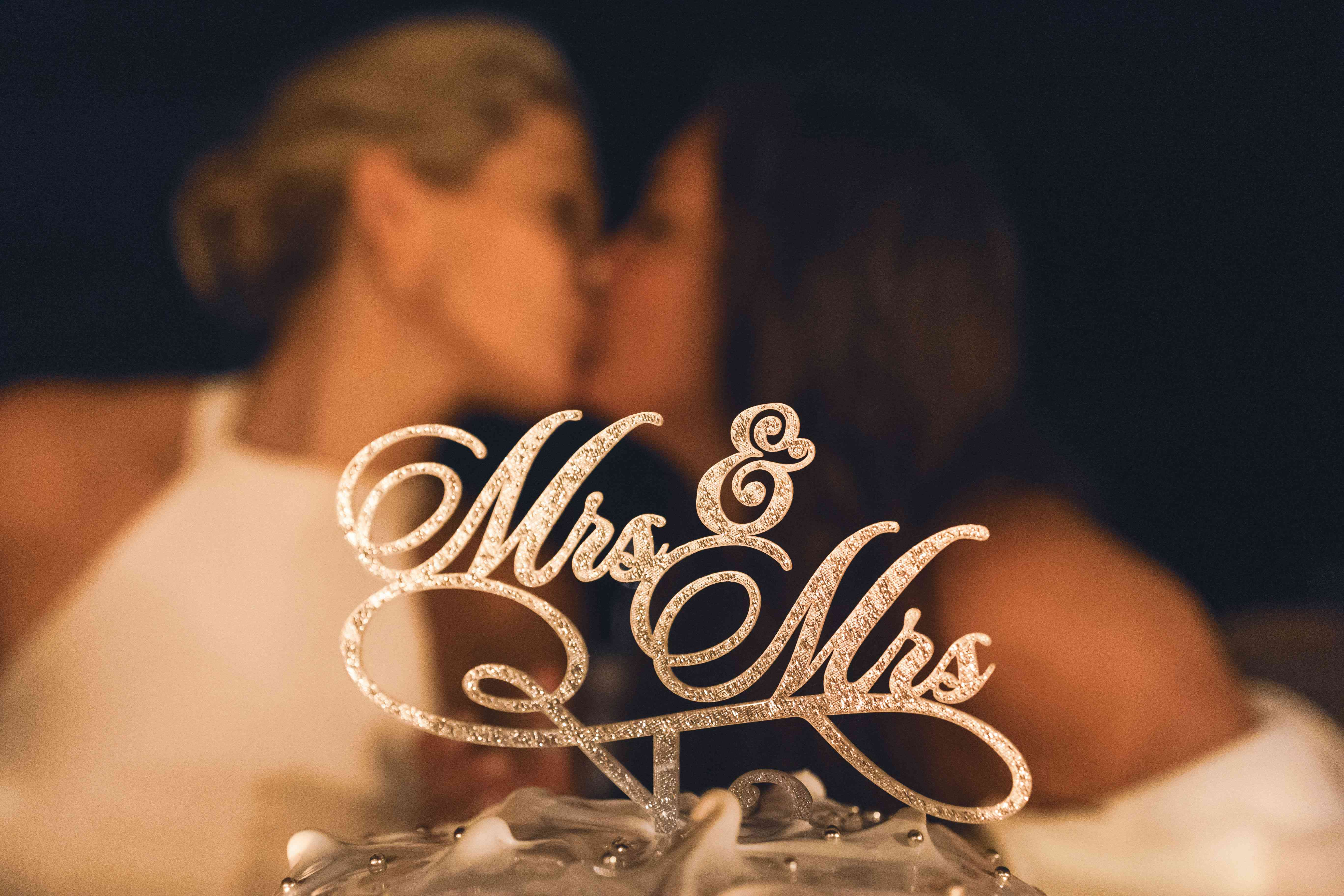 brides kiss with cake topper
