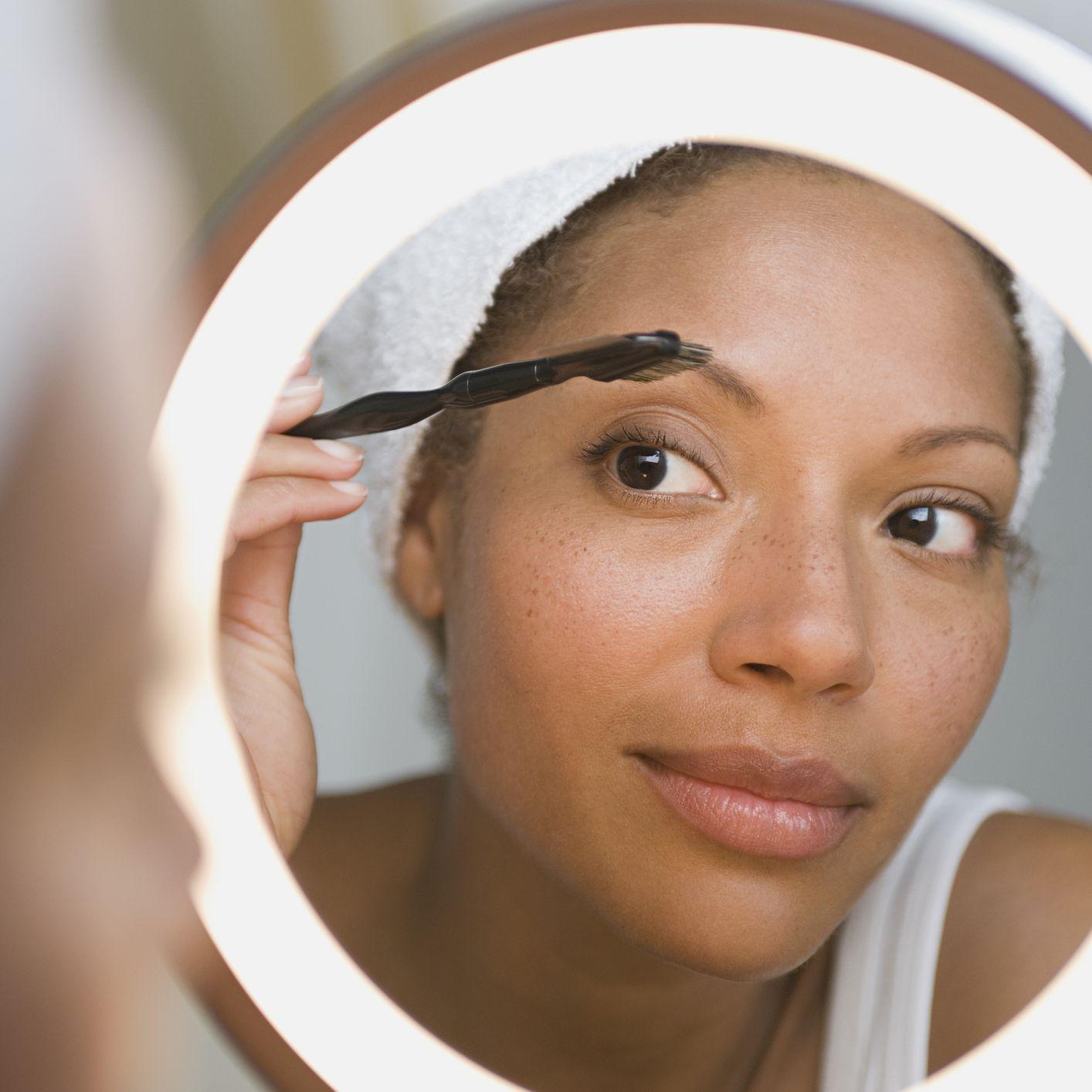 woman doing eyebrows