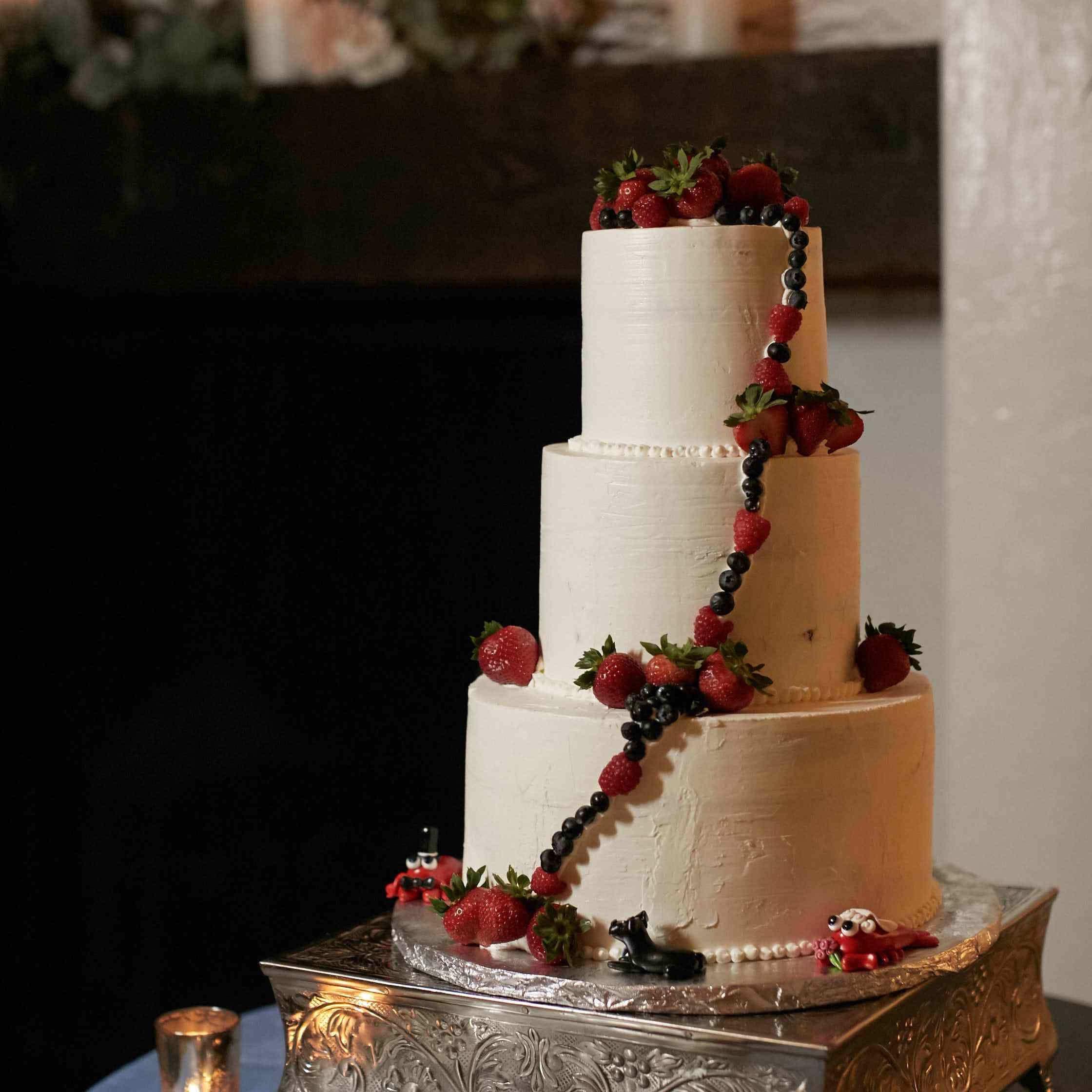 <p>White Wedding Cake with Berries</p><br><br>