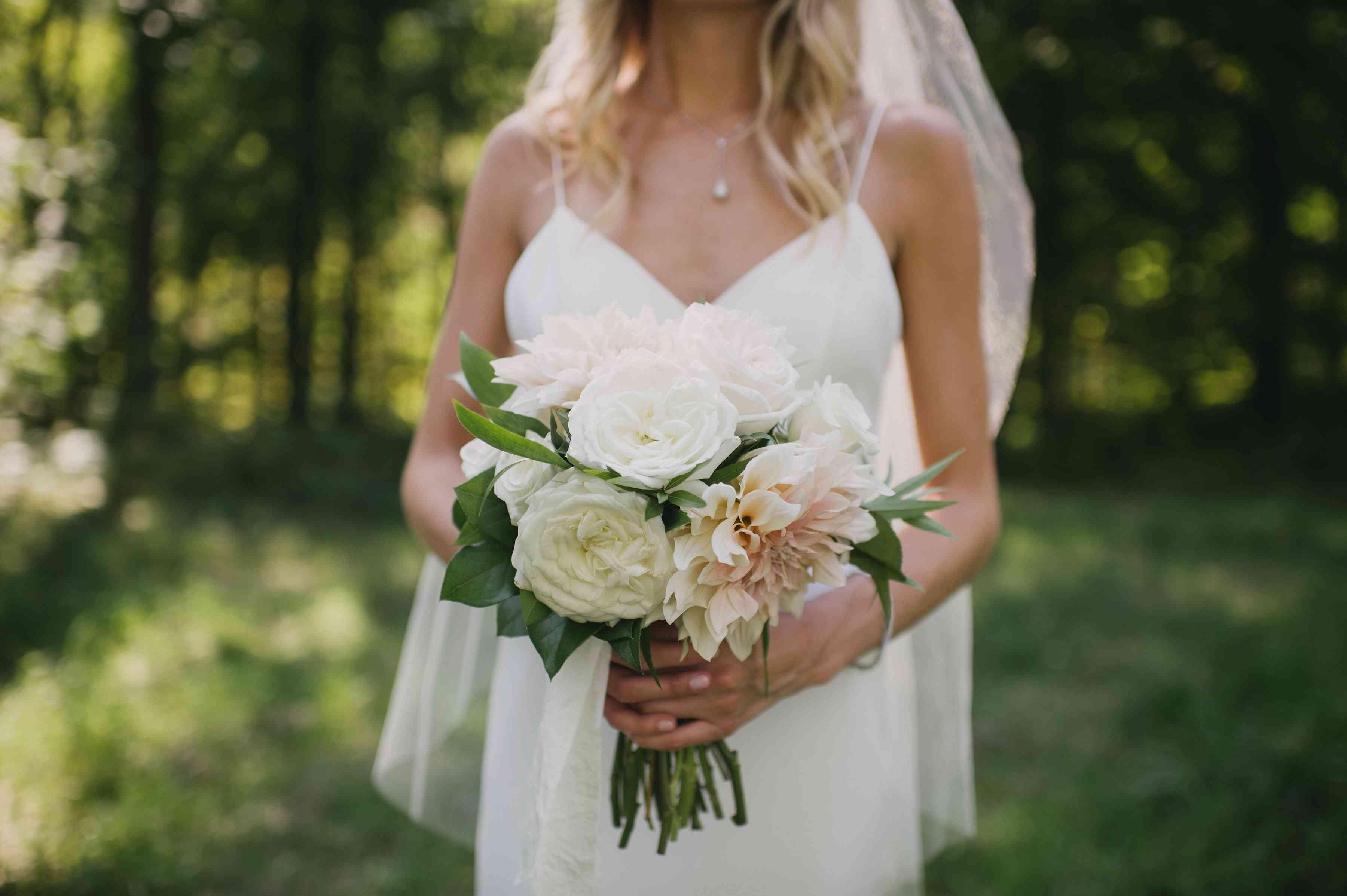 <p>simple white wedding bouquet</p><br><br>
