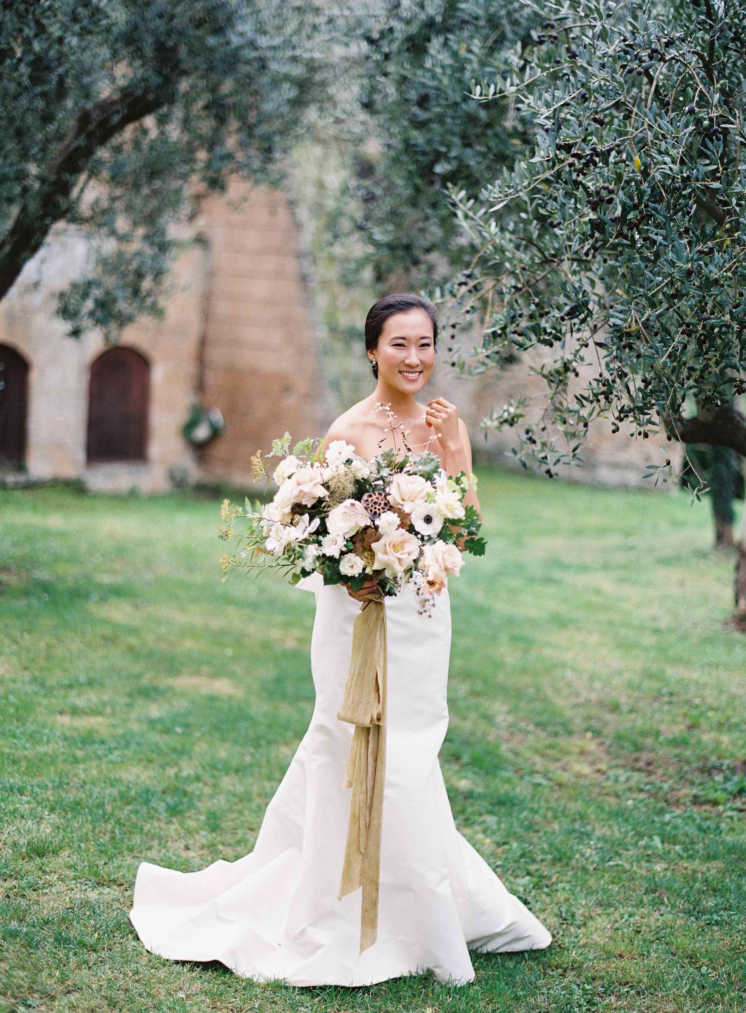 classic la badia italian wedding, bride holding lush bouquet