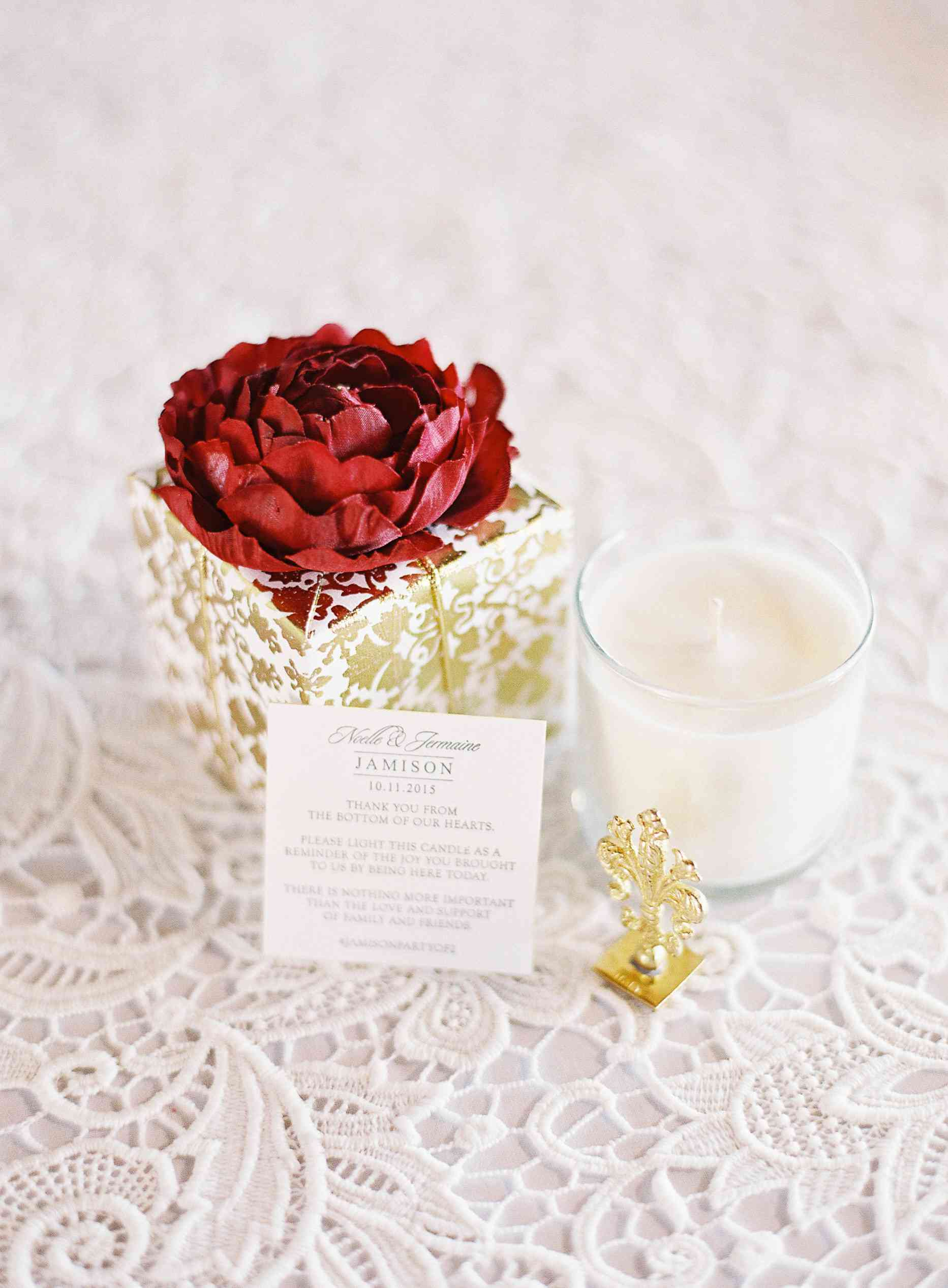 Candle wedding favor with a personalized note