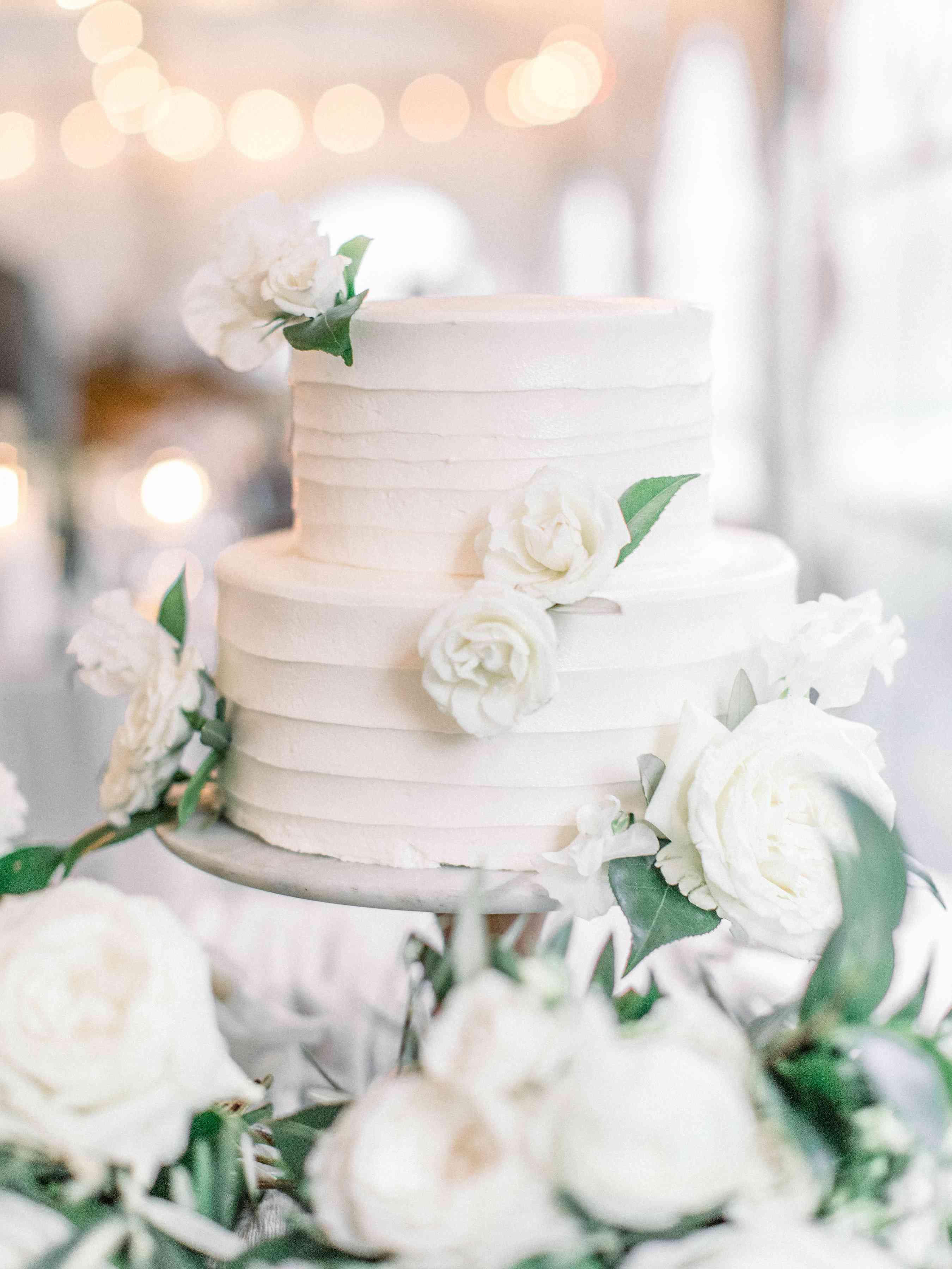 <p>white wedding cake</p>