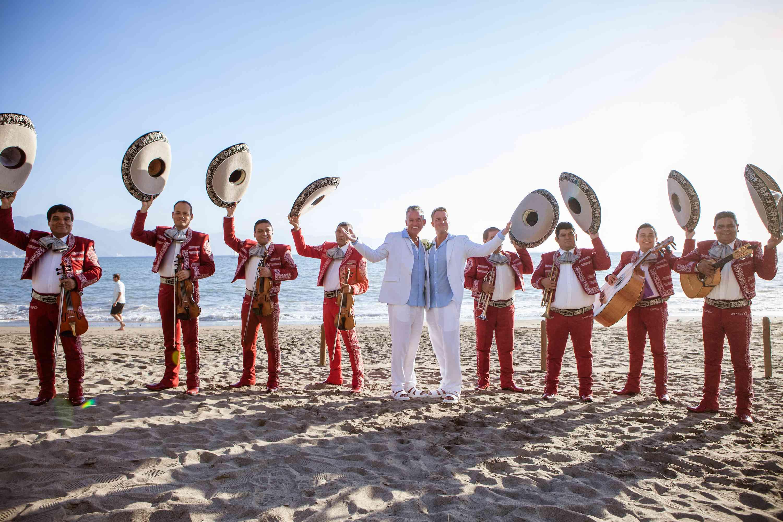 newlyweds with mariachi band