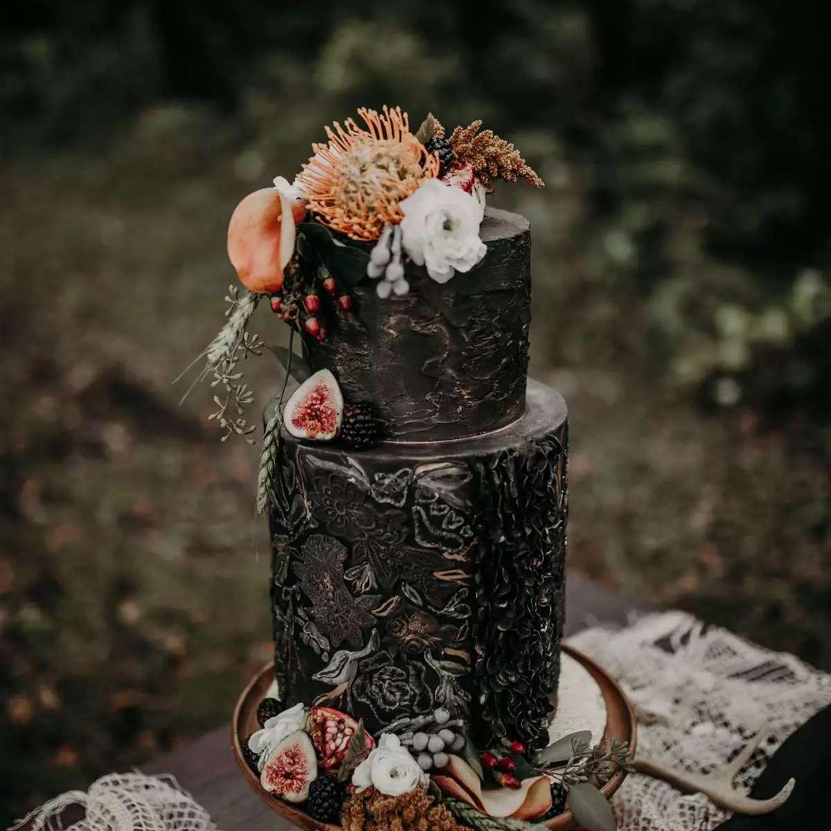 black detailed wedding cake