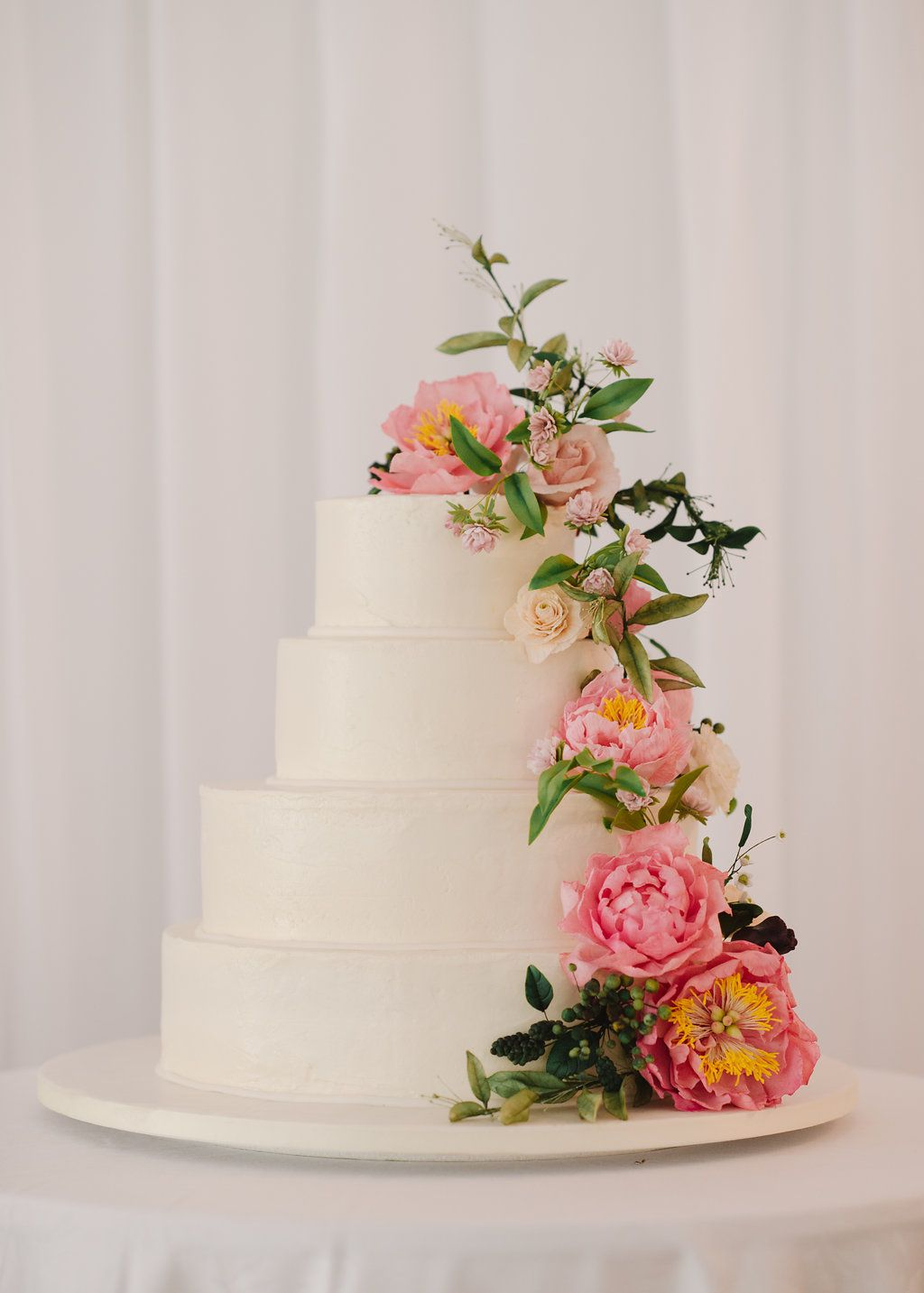 <p>Wedding cake with pink flowers</p>